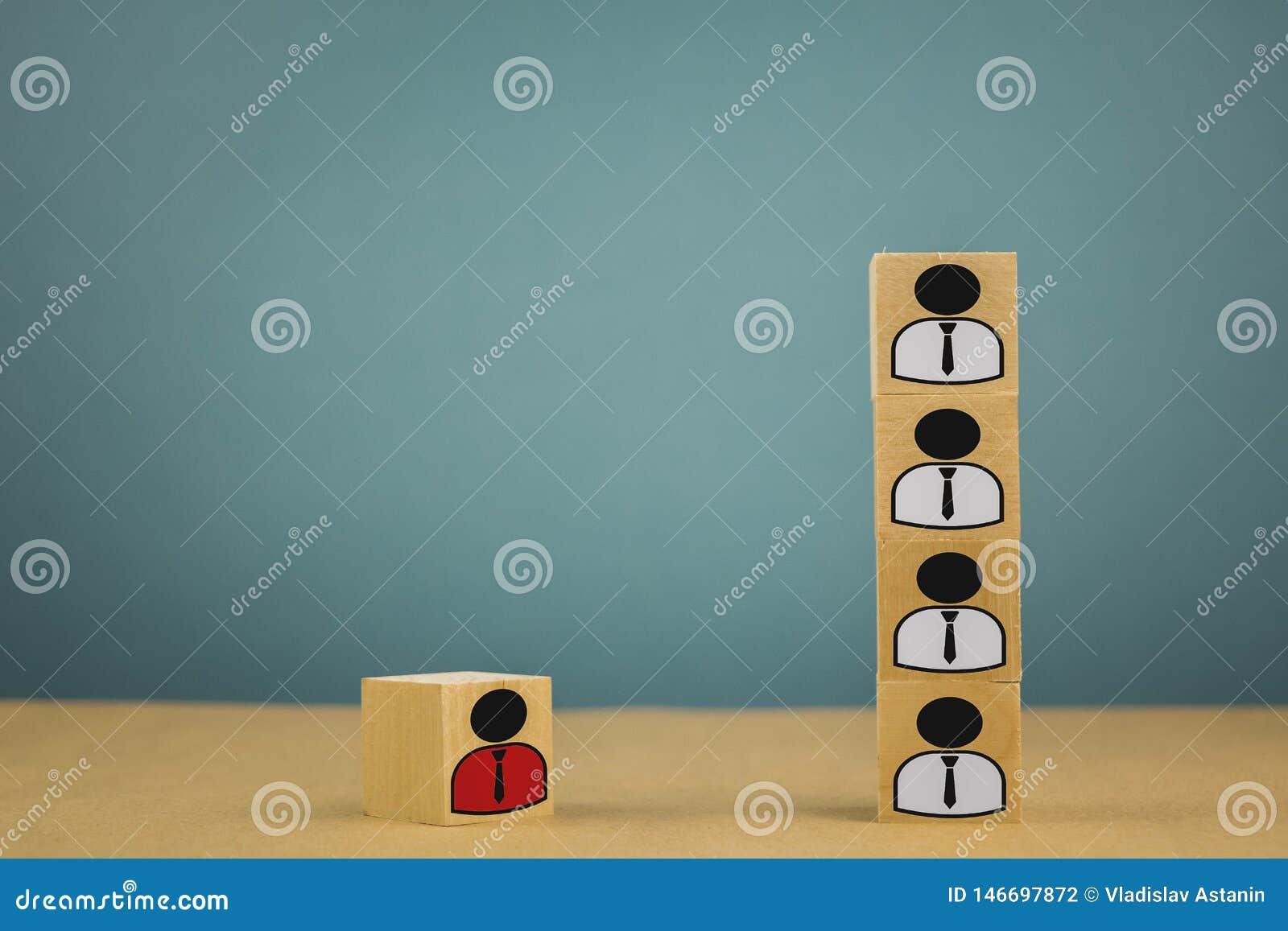 Tr?kuber i form av framstickanden och underordnader, personalunderordning p? en bl? bakgrund