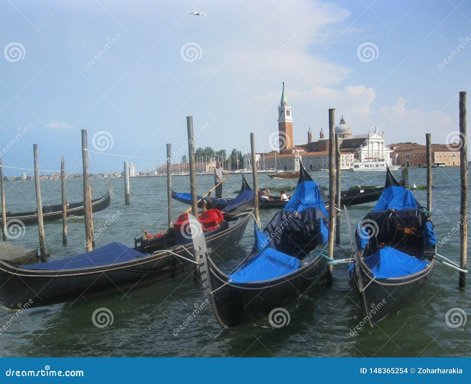 Tr?s g?ndola em Veneza