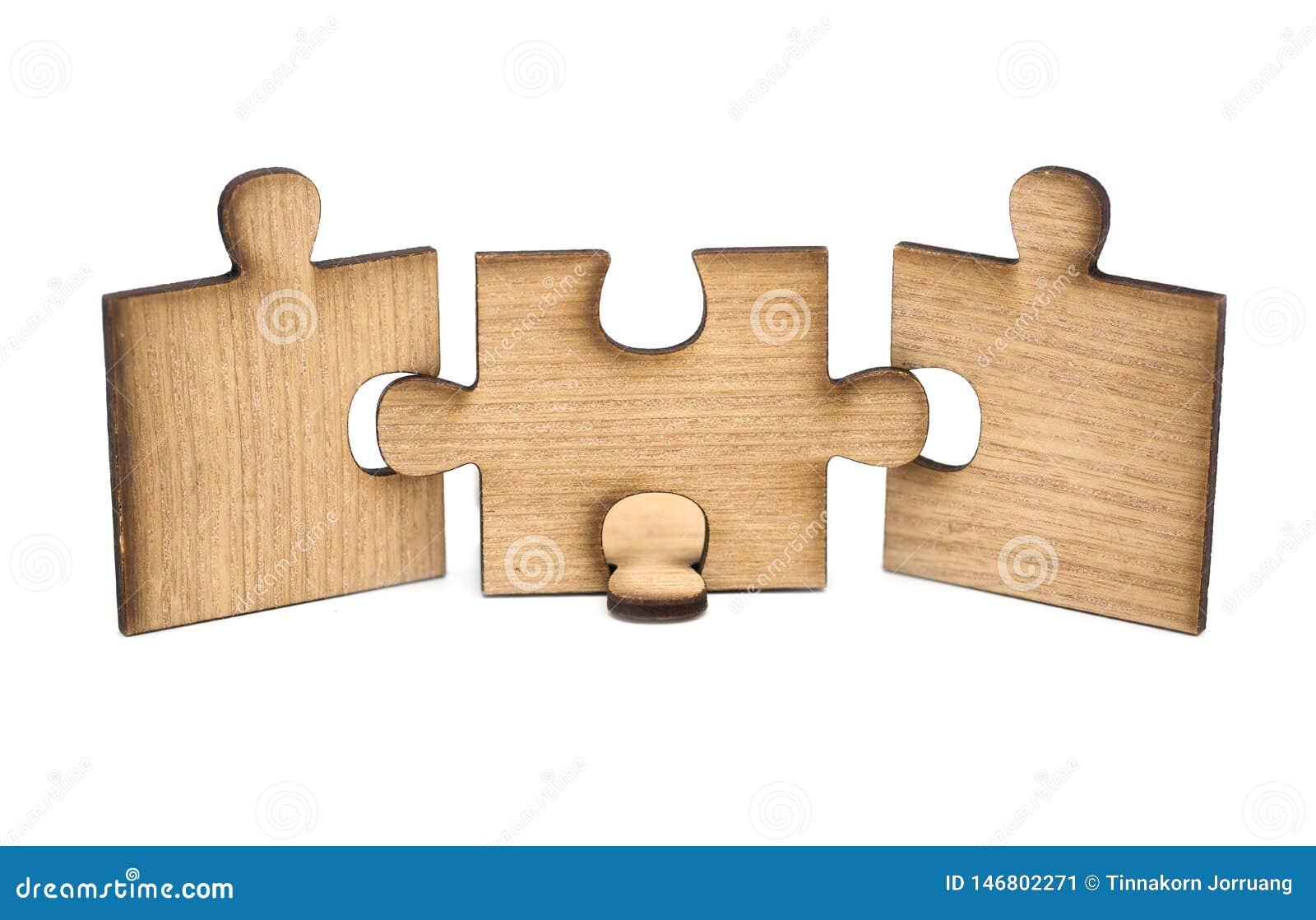 Tr?s partes de serra de vaiv?m de madeira s?o conectadas isoladas junto no fundo branco Conceito da conex?o