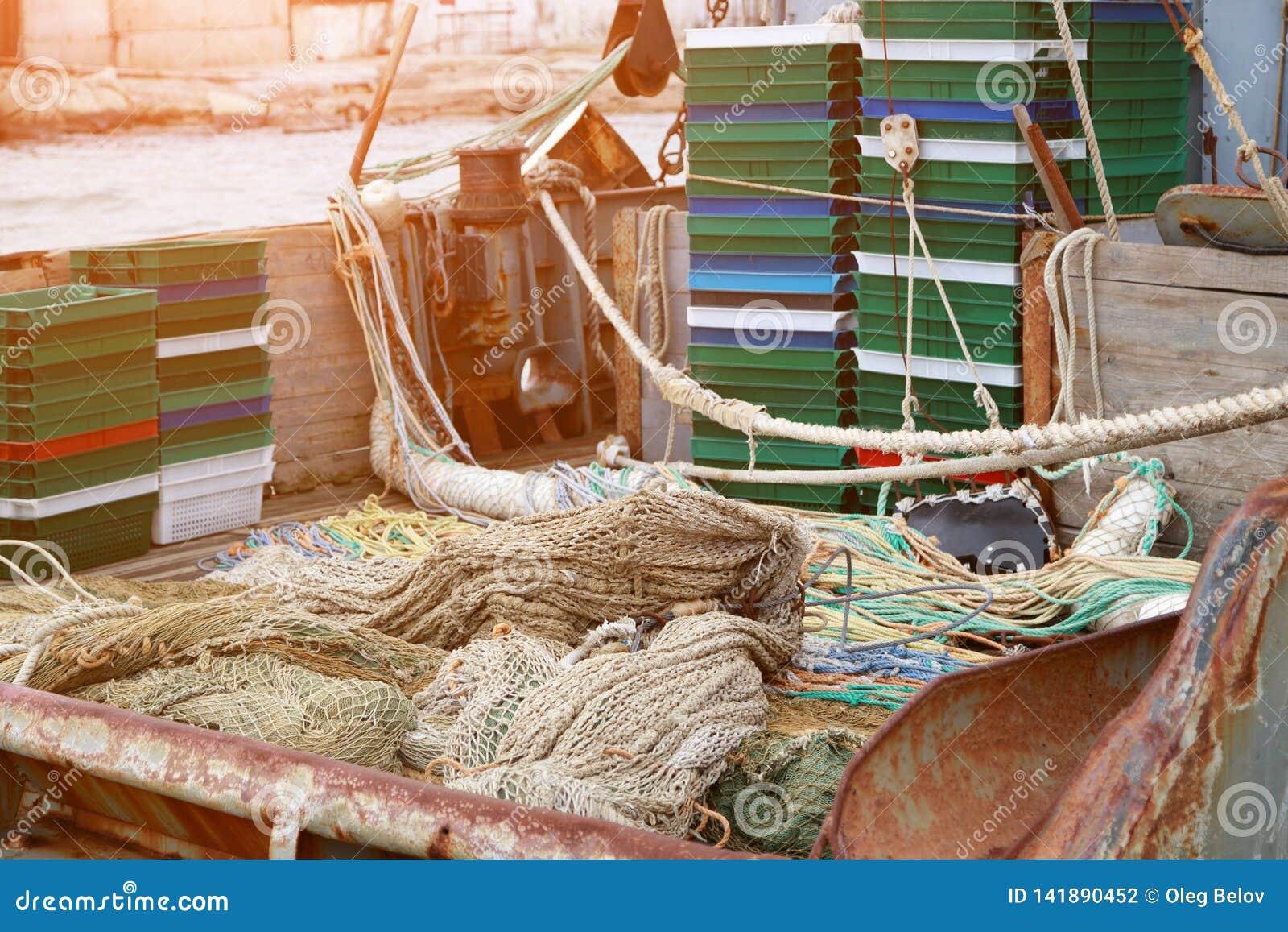Trałuje, pelagic deski, sieć rybacka i pudełka dla rybich kłamstw na rybołówstwo pokładzie mały połowu seiner,