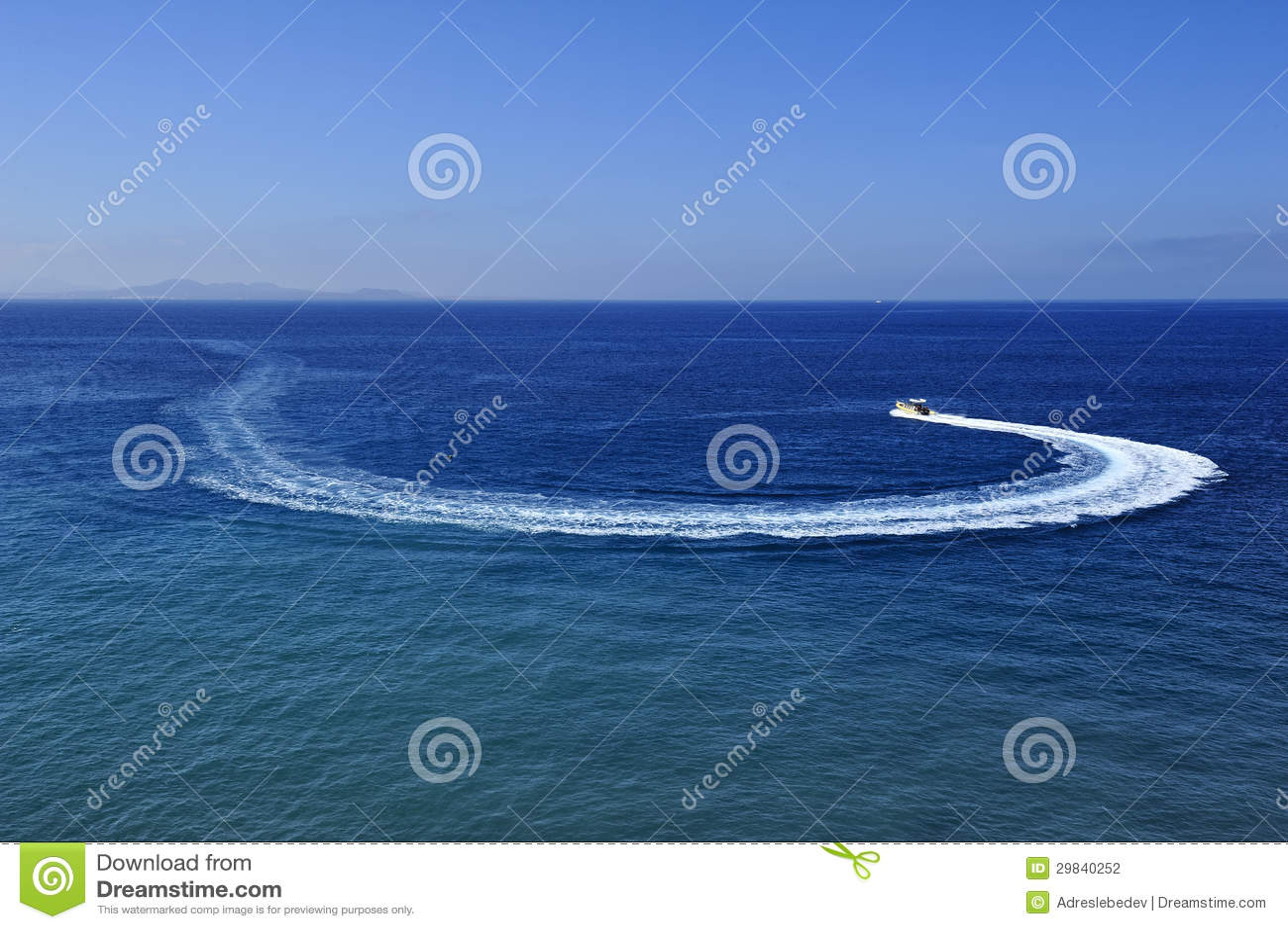 Traço do barco de motor na água azul