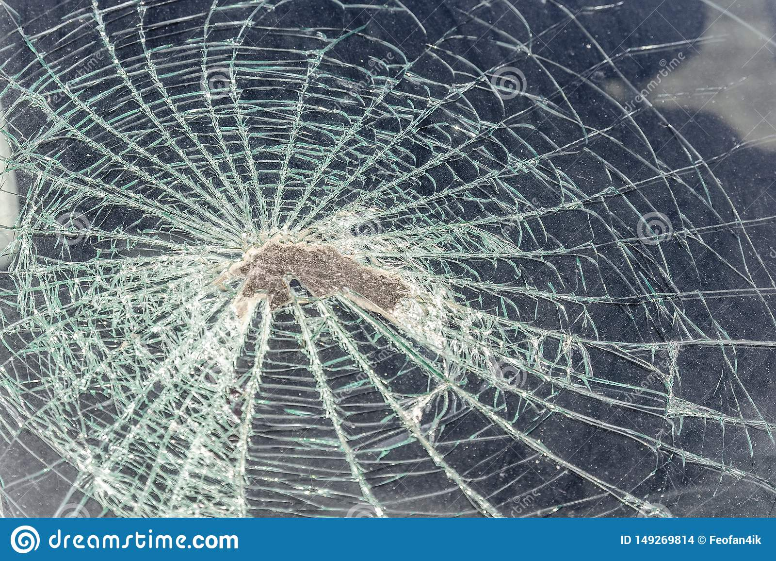 Traço no para-brisa da cabeça do passageiro do carro em um acidente ou em uma colisão com um obstáculo cabeça de vidro quebrada