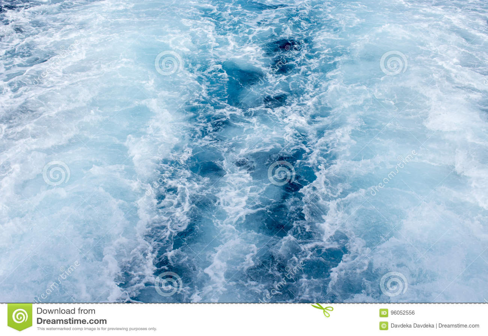 Traînée de bateau d eau de mer avec la vague mousseuse blanche Voyage tropical de ferry d îles