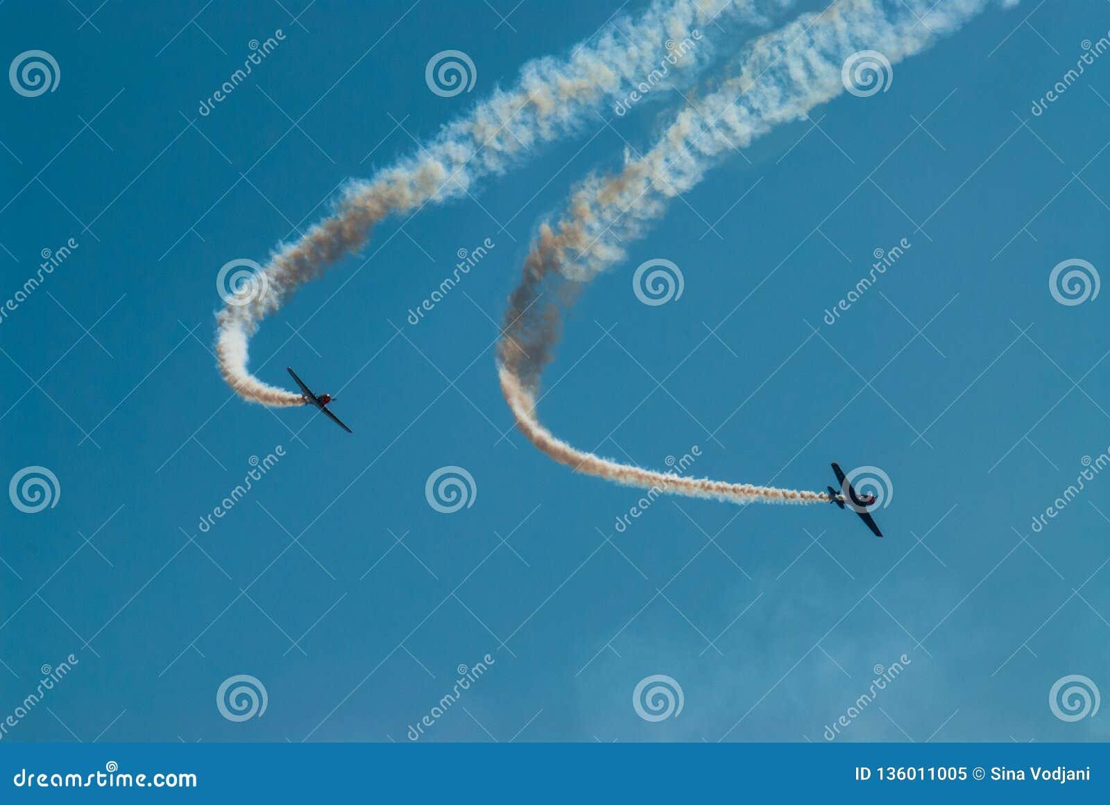 Traînée simple acrobatique de fumée de représentation