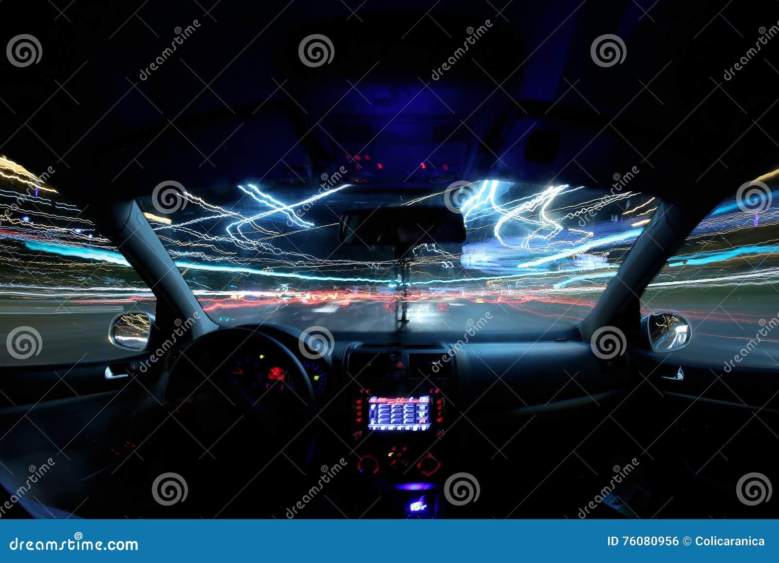 Traînées de lumière de voiture, conducteur à l intérieur