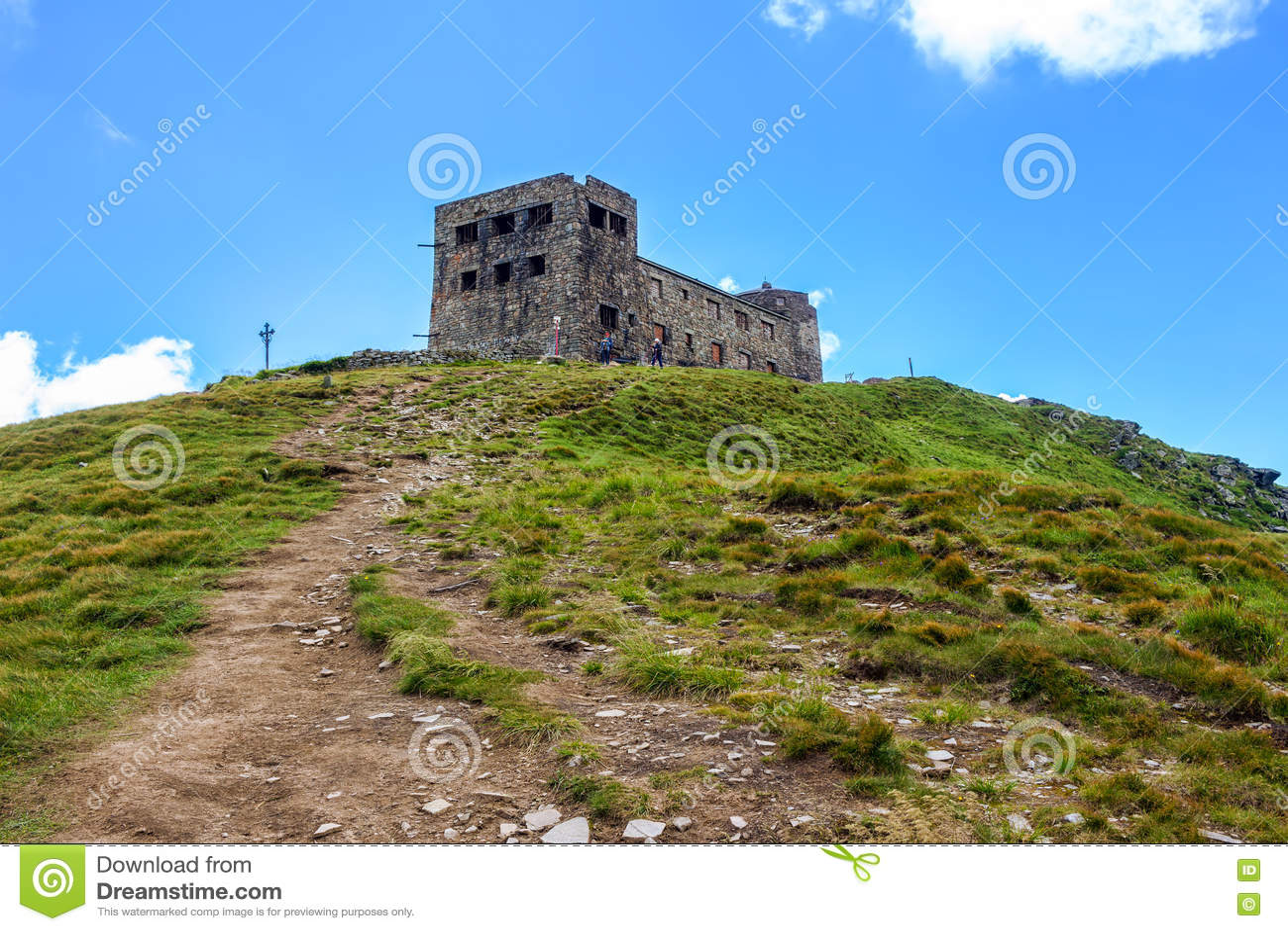 Traînez à la crête de la montagne de Pip Ivan et aux ruines de l observatoire astronomique dans Carpathiens, Ukraine