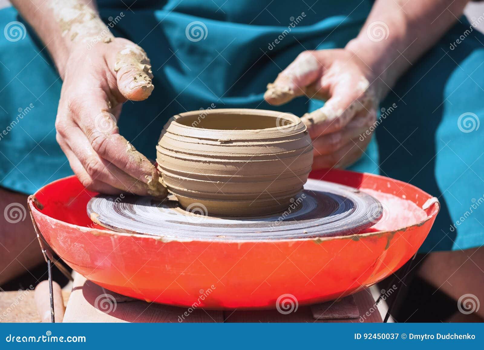 Traînez du broc d argile sur une roue du ` s de potier
