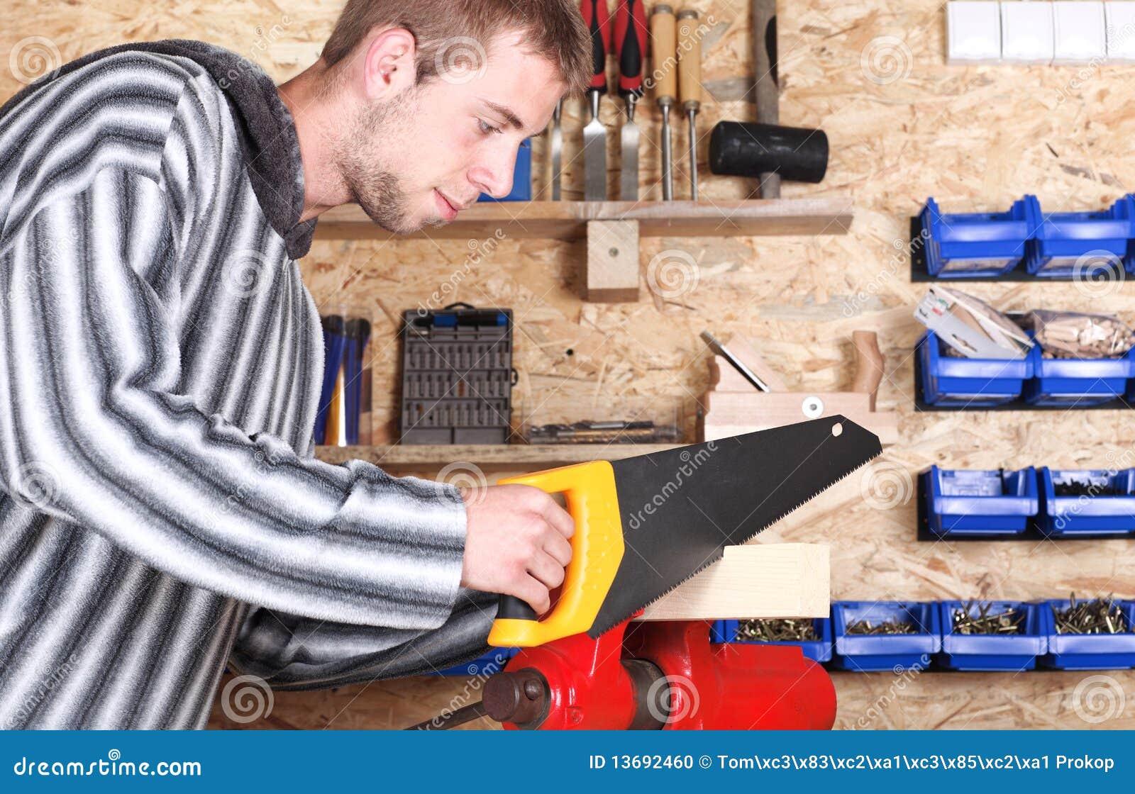 Trabajador con el handsaw