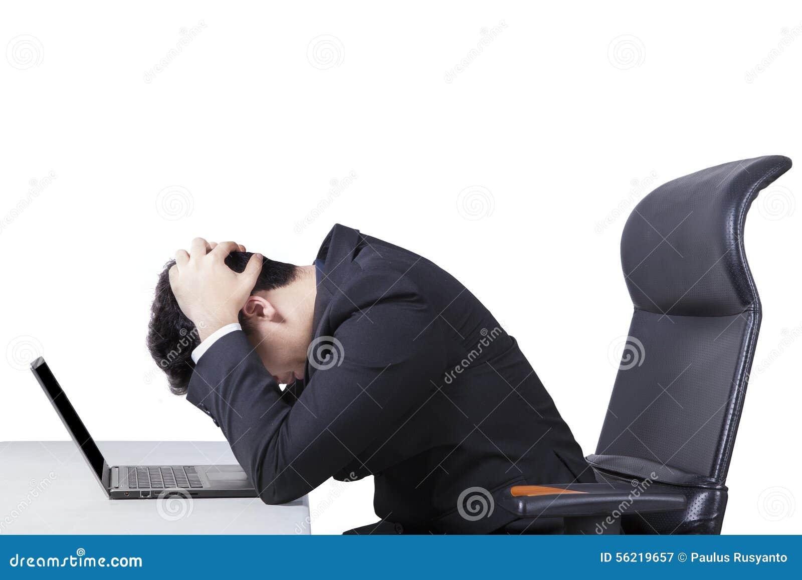 Trabajador confuso con el ordenador portátil en la tabla