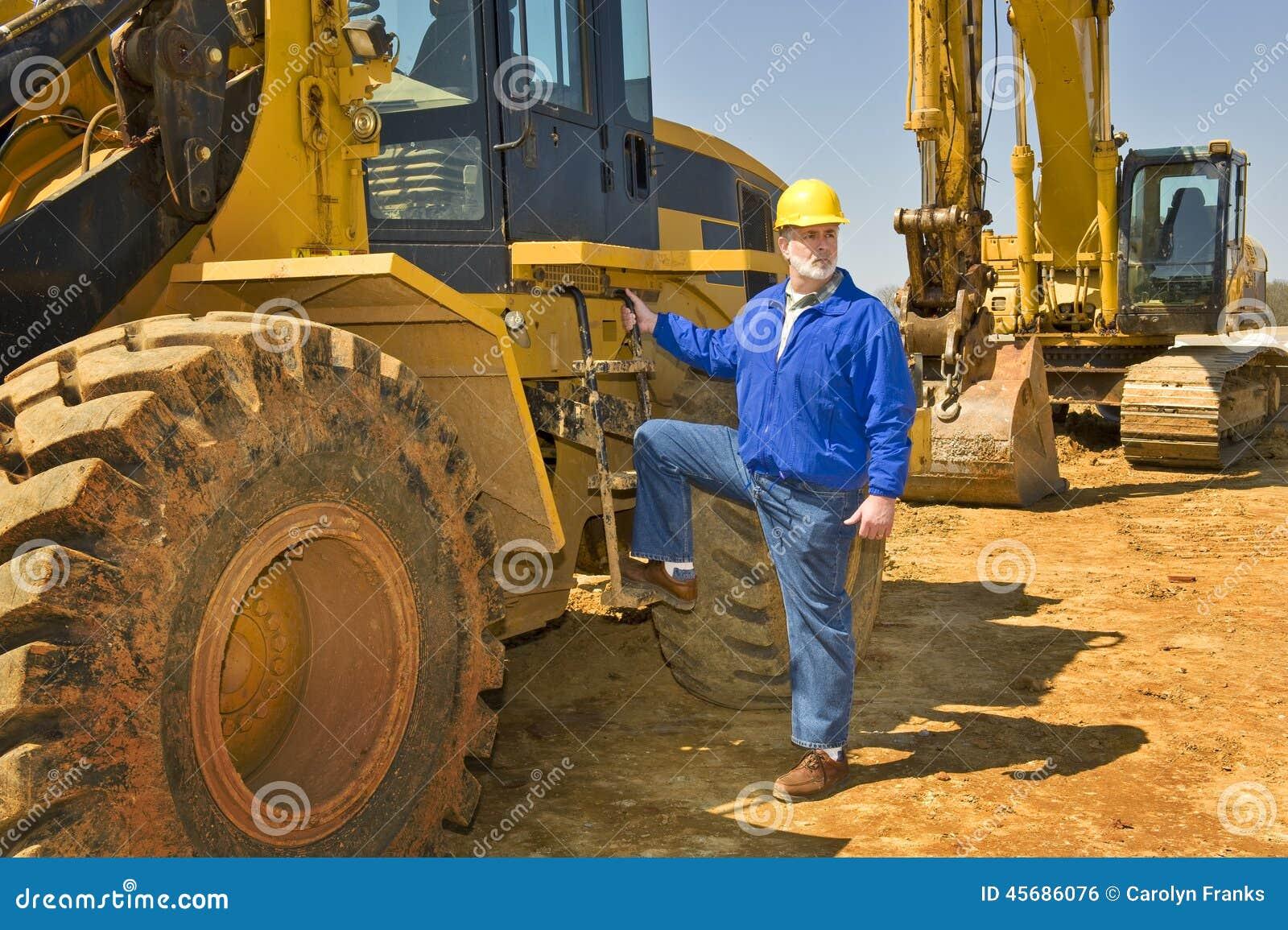 Trabajador de construcción de la carretera con el equipo