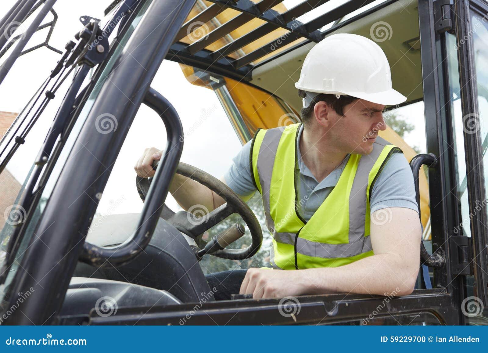 Trabajador de construcción de sexo masculino Driving Digger