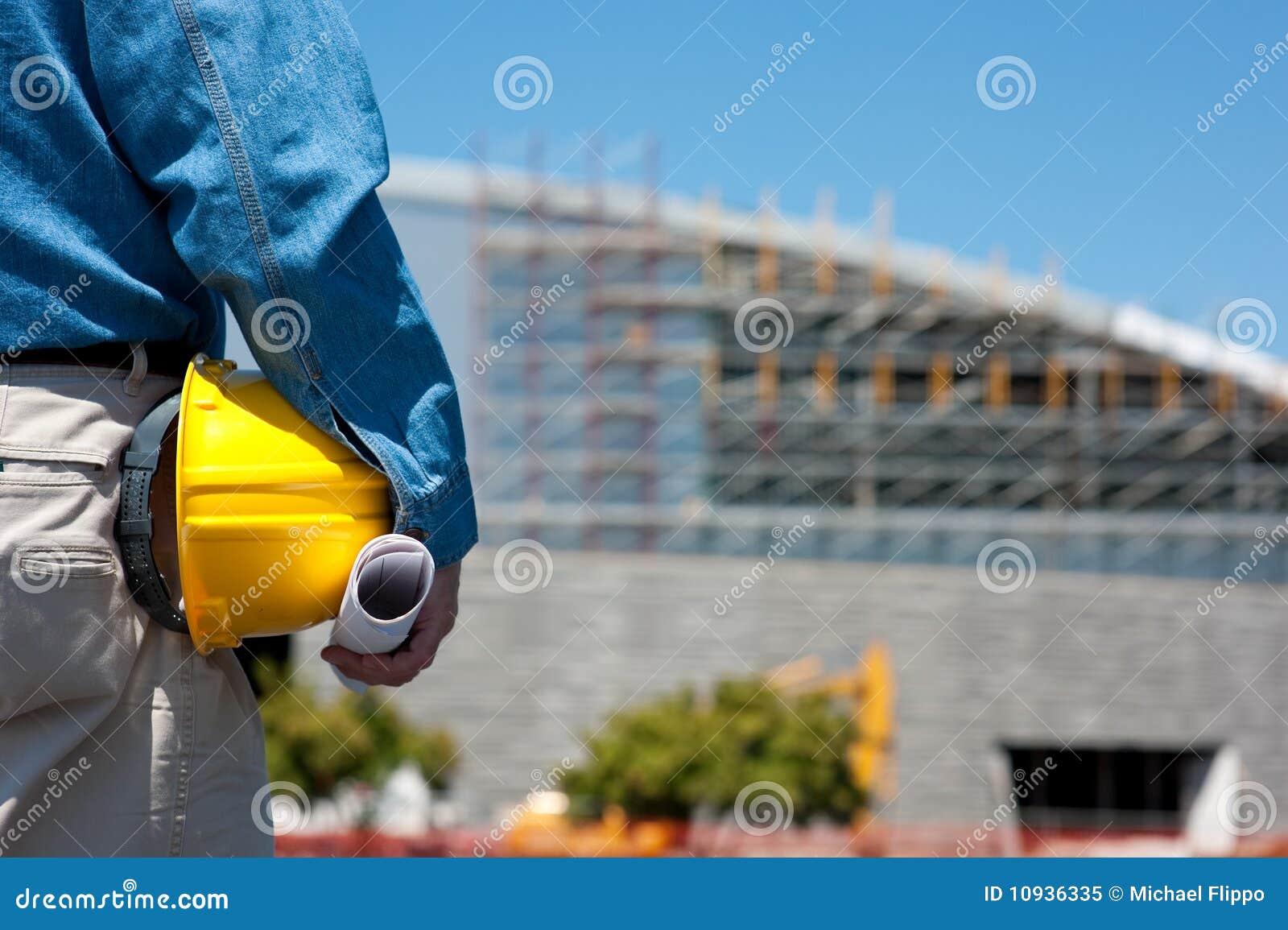 Trabajador de construcción en el emplazamiento de la obra