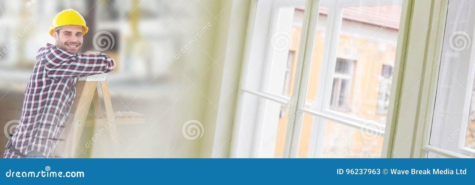 Trabajador de construcción en escalera delante del emplazamiento de la obra con efecto de la transición de la ventana