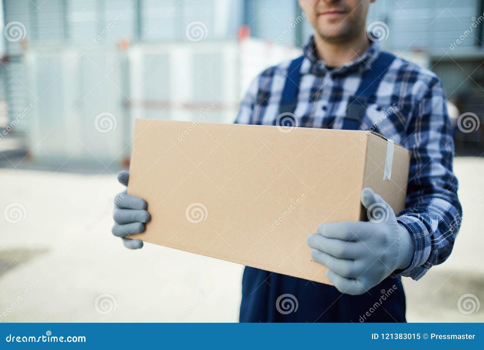 Trabajador de la compañía móvil con la caja