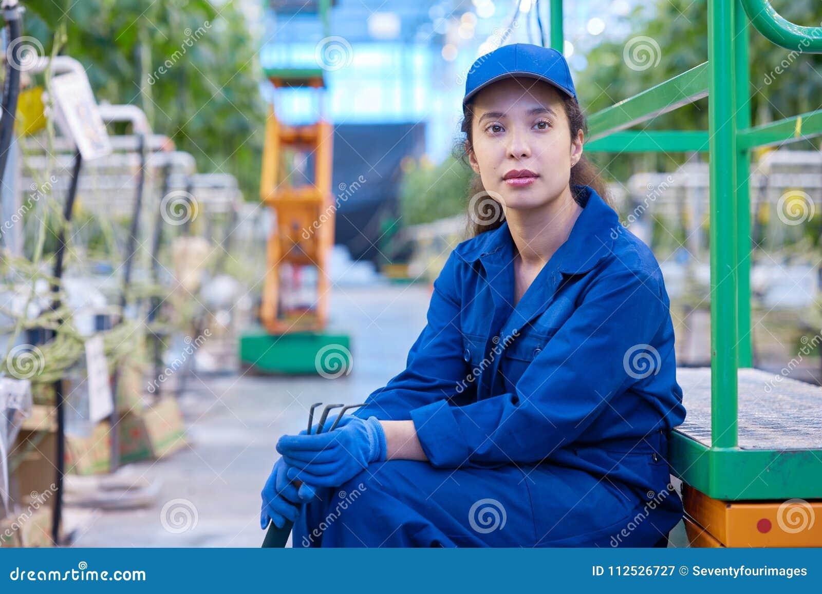 Trabajador de sexo femenino en rotura en la plantación