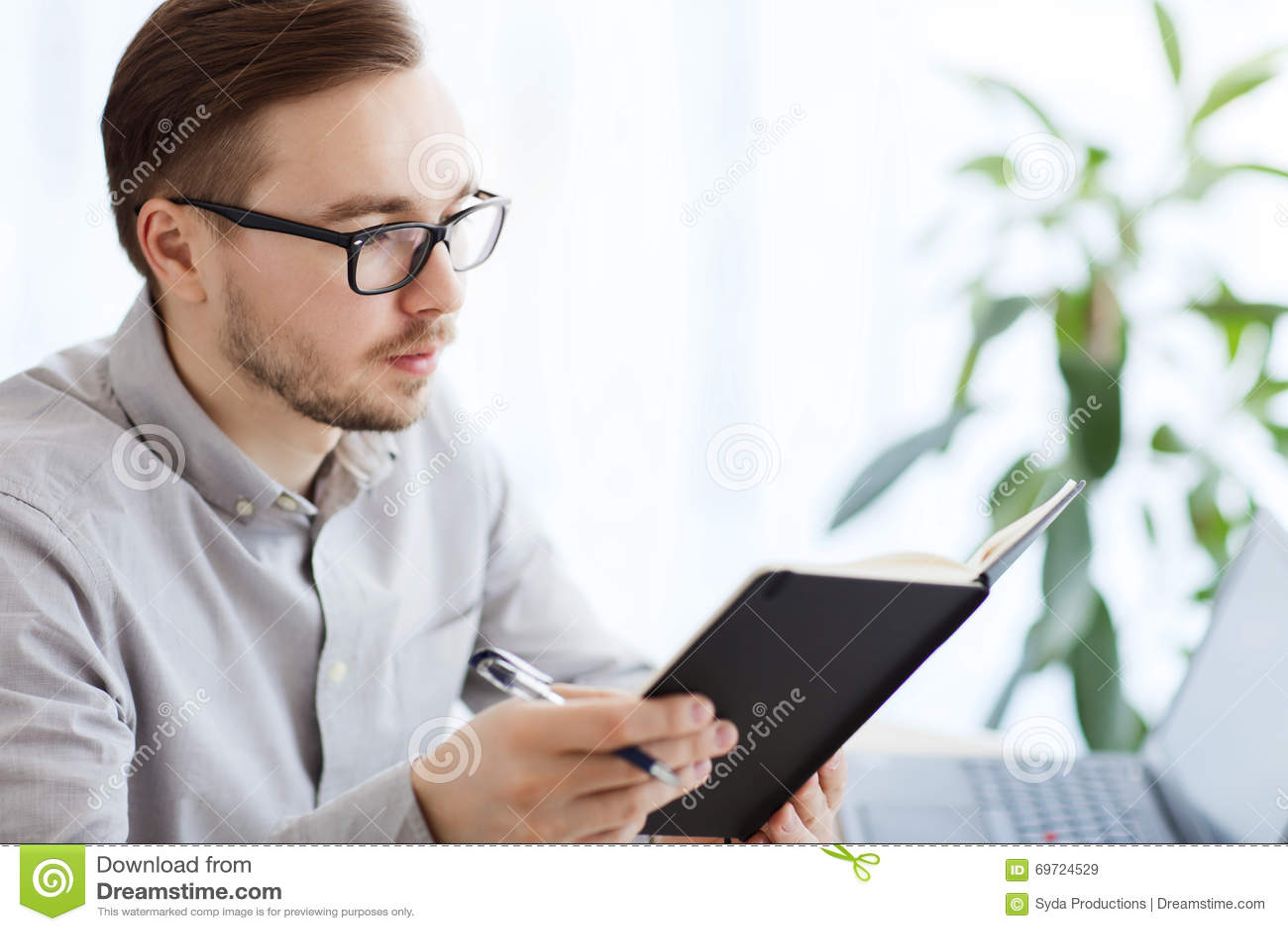 Trabajador de sexo masculino creativo con la oficina del for Xxx porno en la oficina