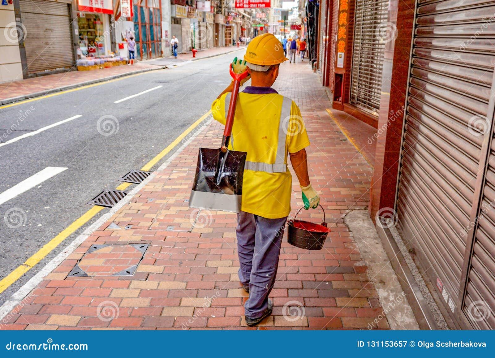 Trabajador del camino en la calle de Hong-Kong
