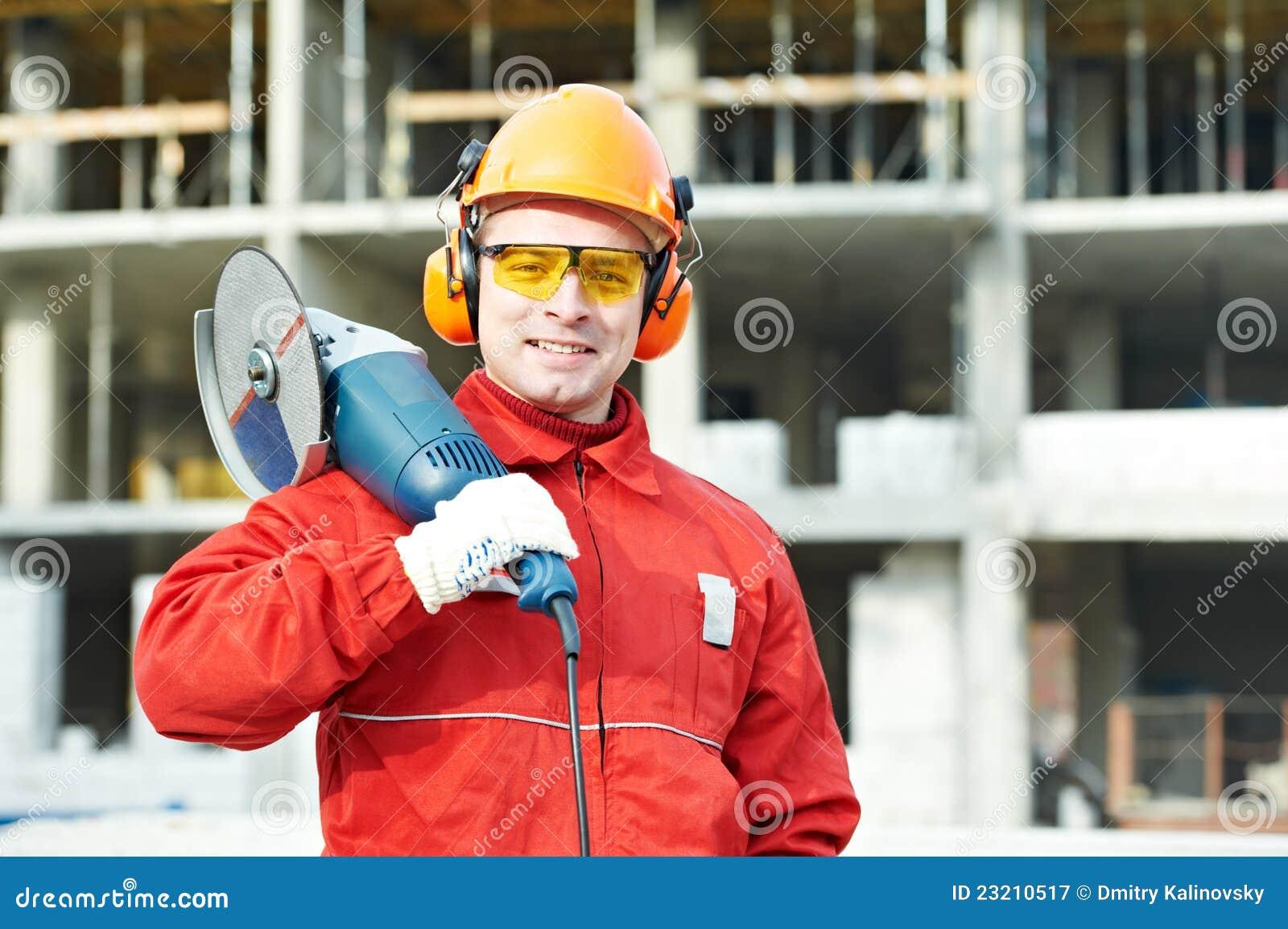 Trabajador del constructor en el emplazamiento de la obra