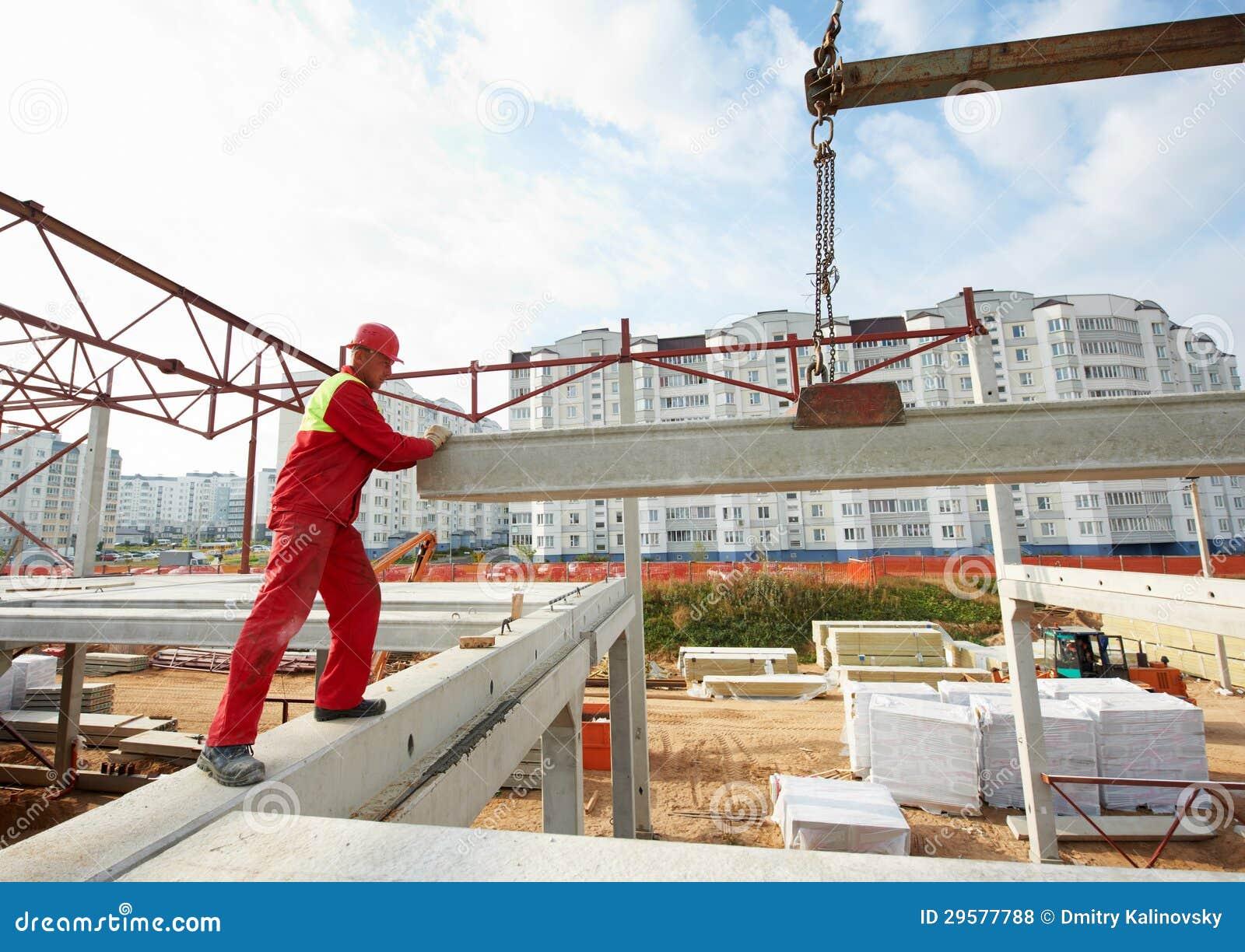 Trabajador del constructor que instala el bloque de cemento