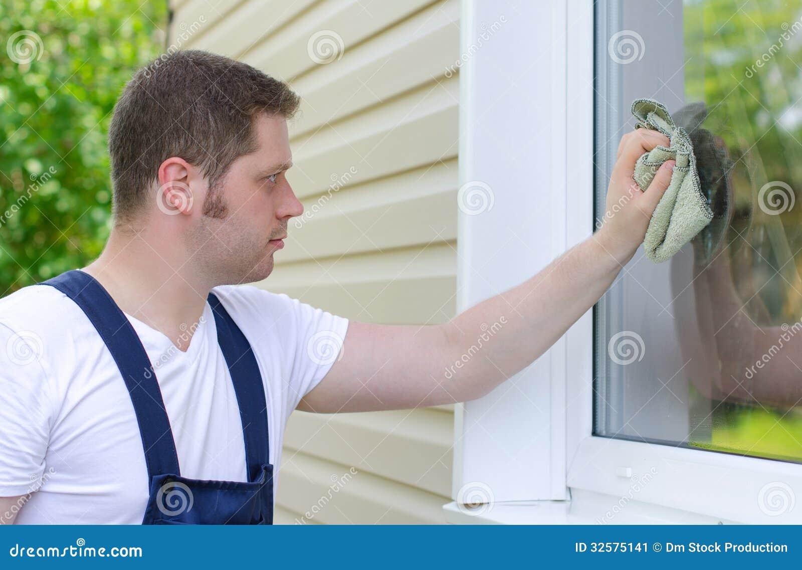 Trabajador en casa con el trapo