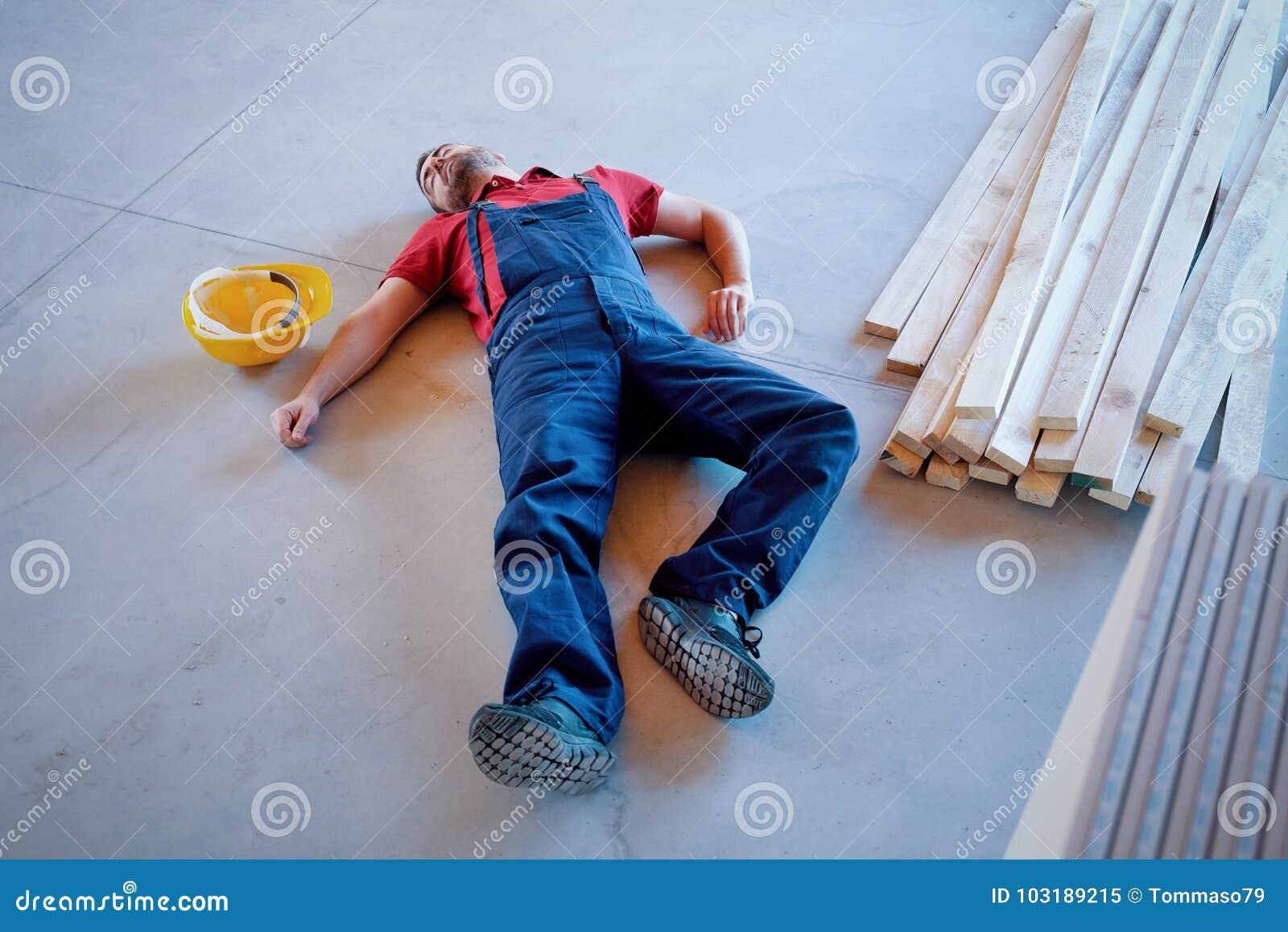 Trabajador en un débil después de lesión en el lugar de trabajo