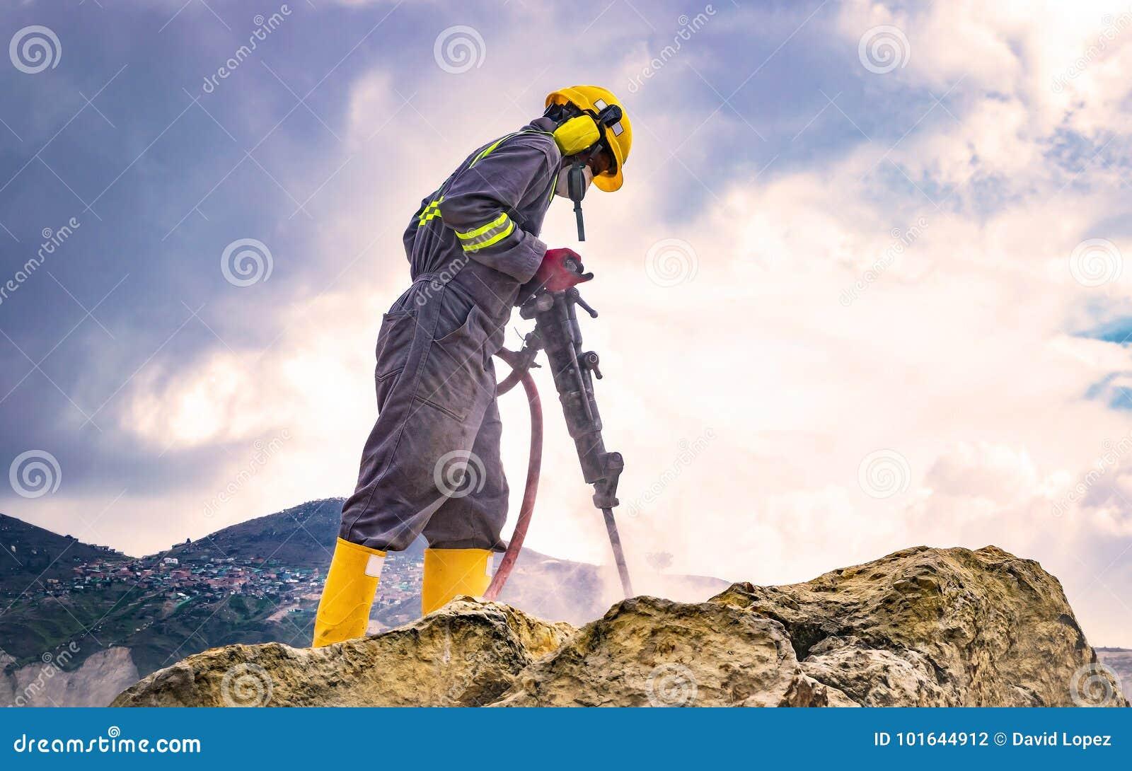Trabajador encima de una roca