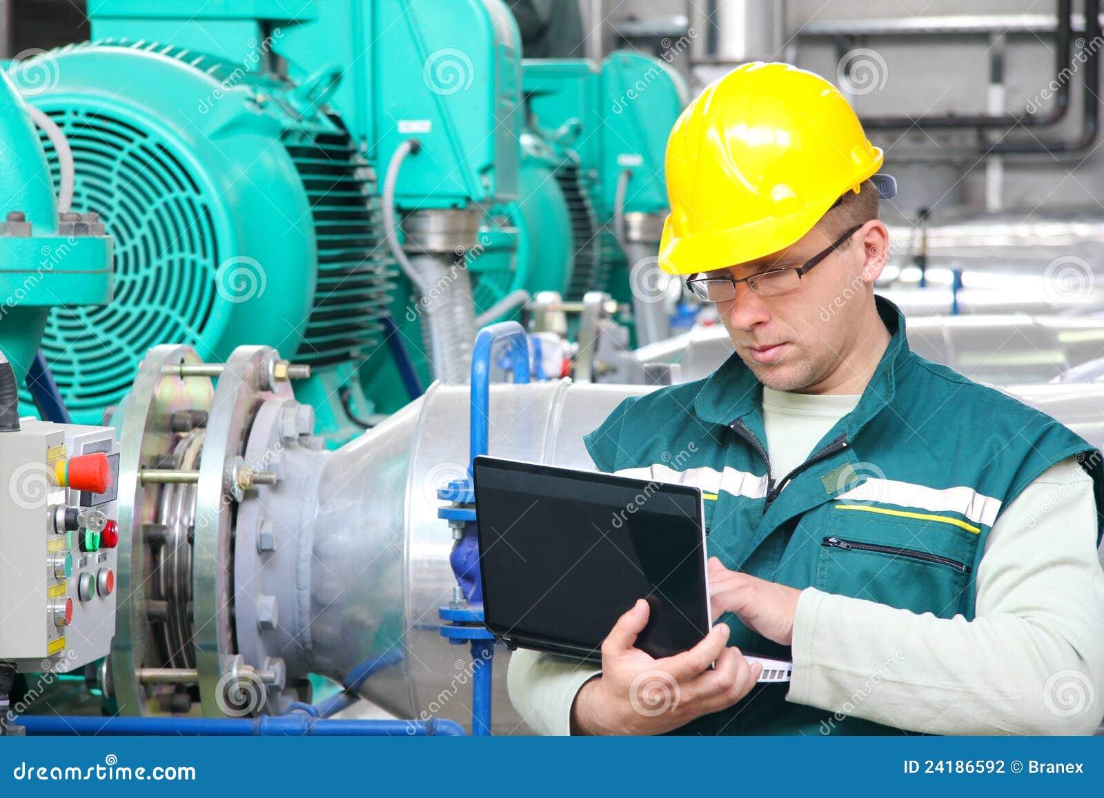 Trabajador industrial con el cuaderno