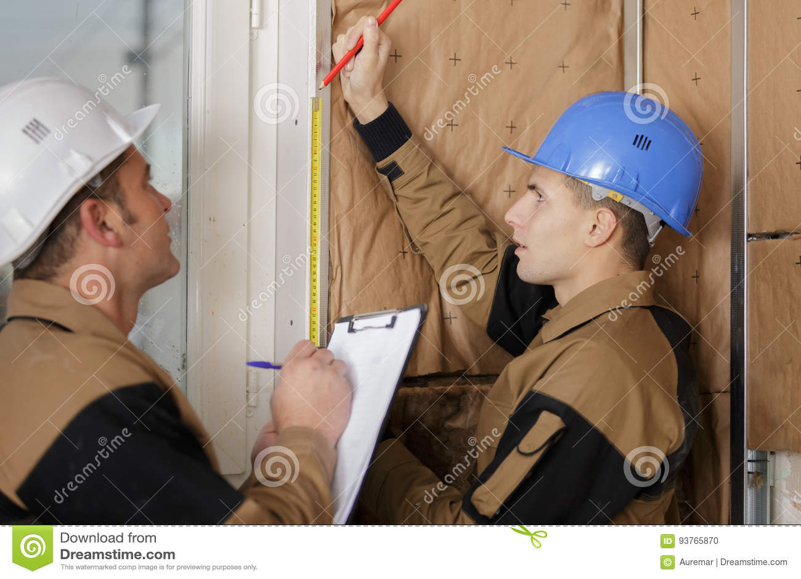 Trabajador que instala el aislamiento térmico en el edificio