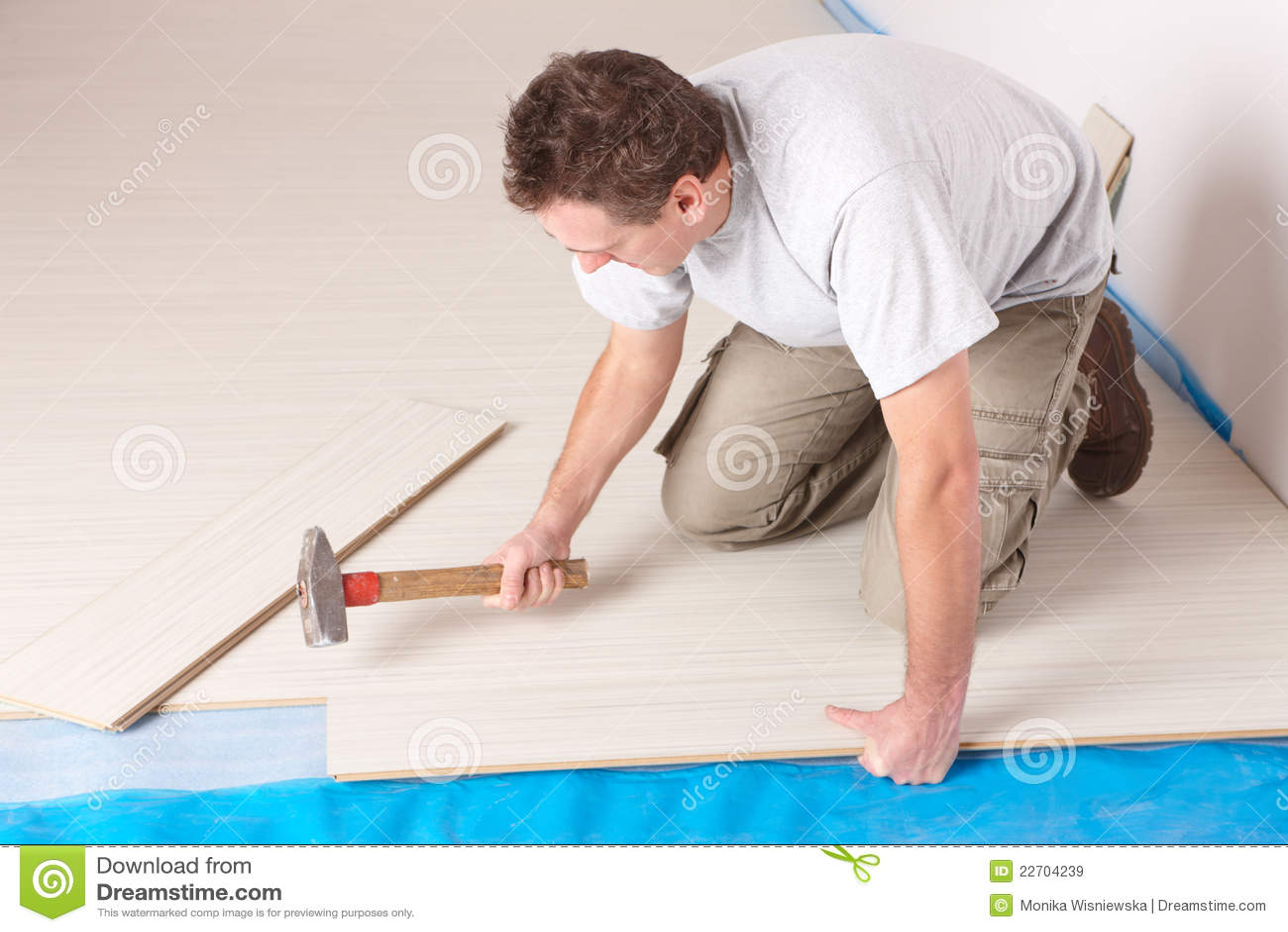 Trabajador que instala un suelo laminado
