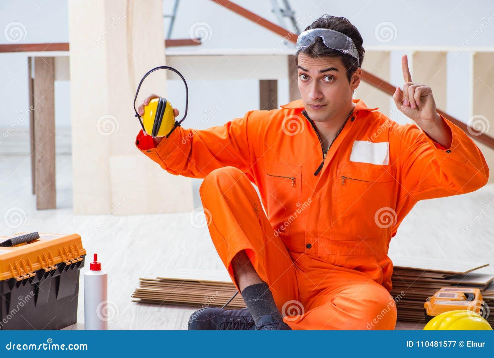 Trabajador que muestra el importnace del headph de la cancelación de ruido que lleva