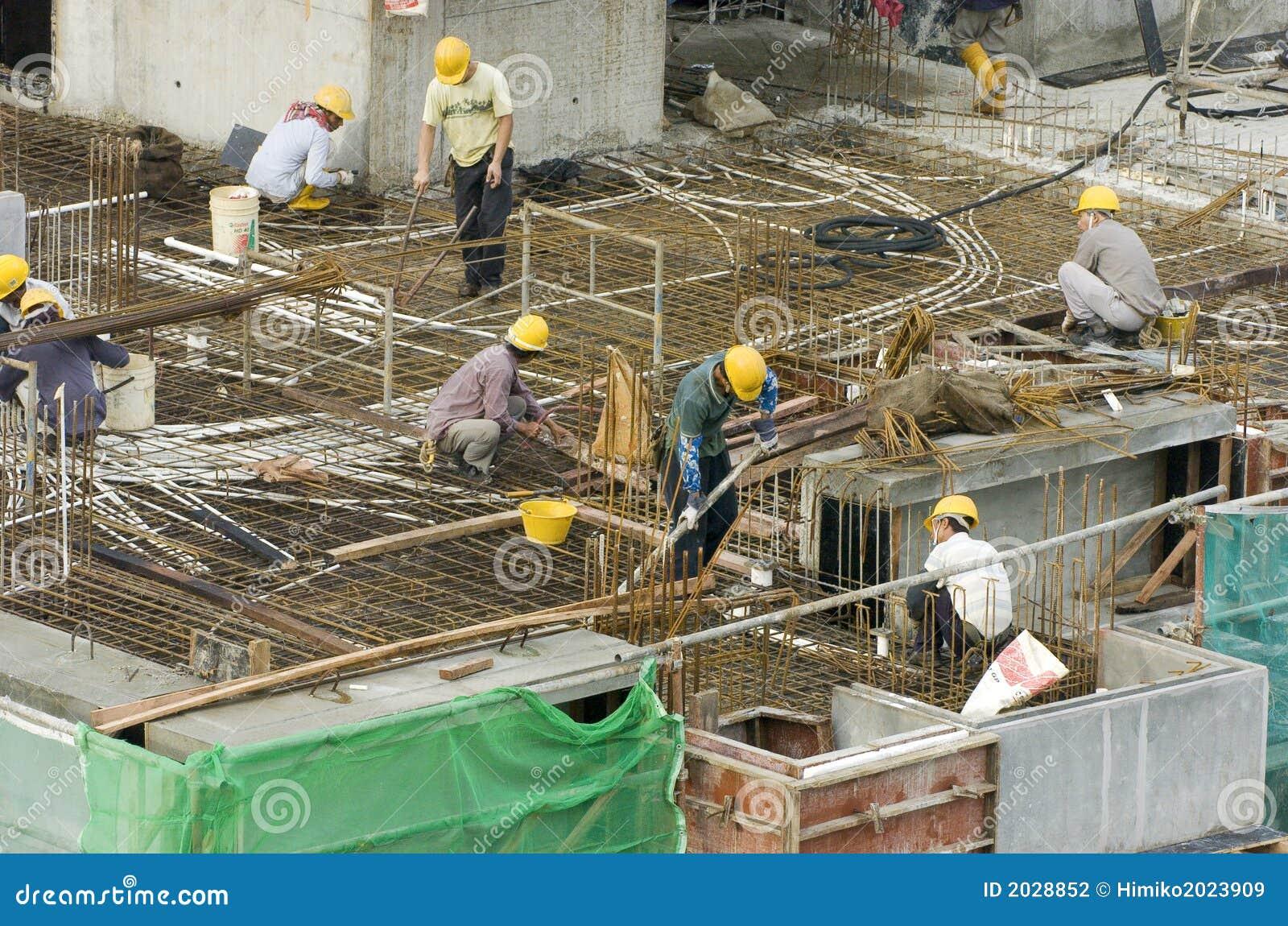 Trabajadores de construcci n en el edificio alto for Videos de construccion de edificios