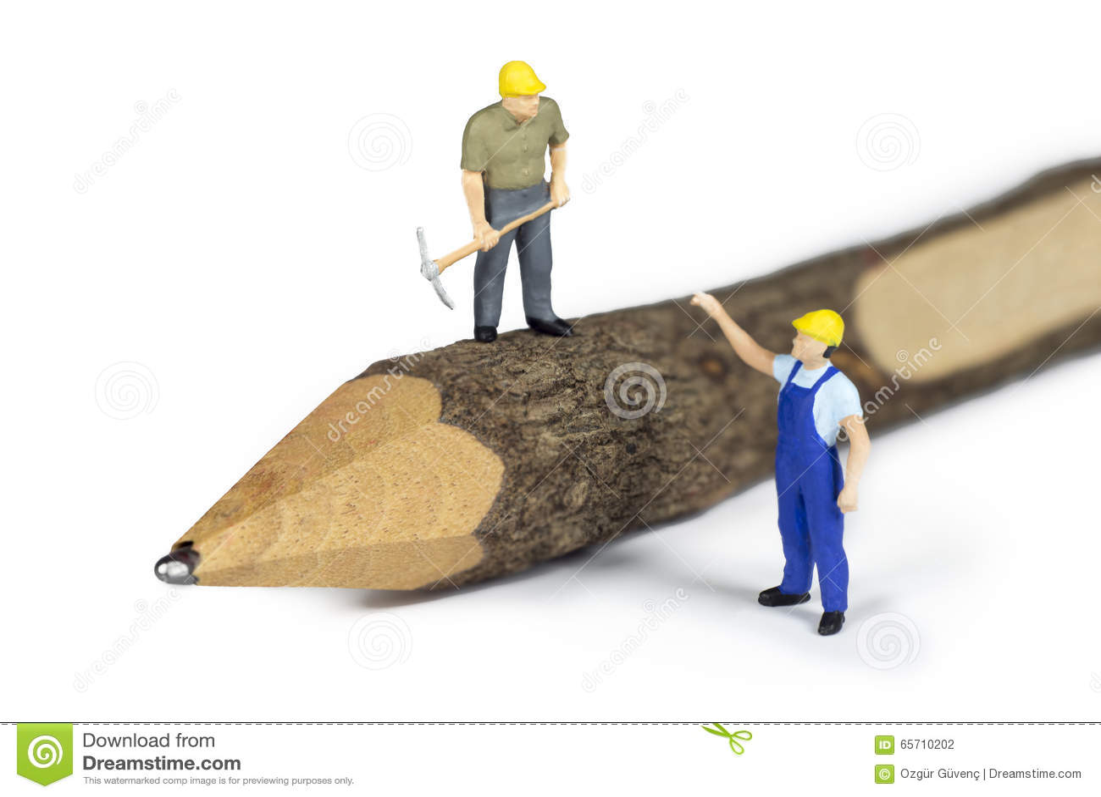 Trabajadores de construcción miniatura encima de un lápiz