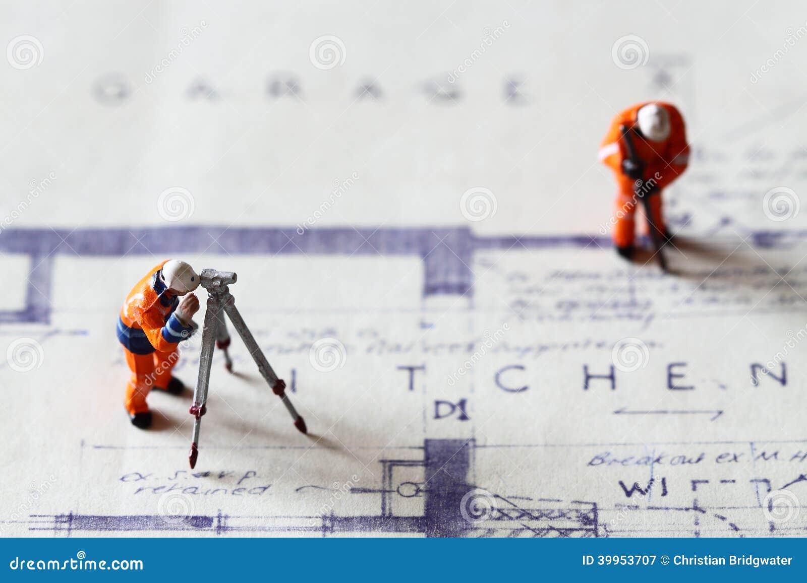 Trabajadores de construcción modelo que construyen los planes B