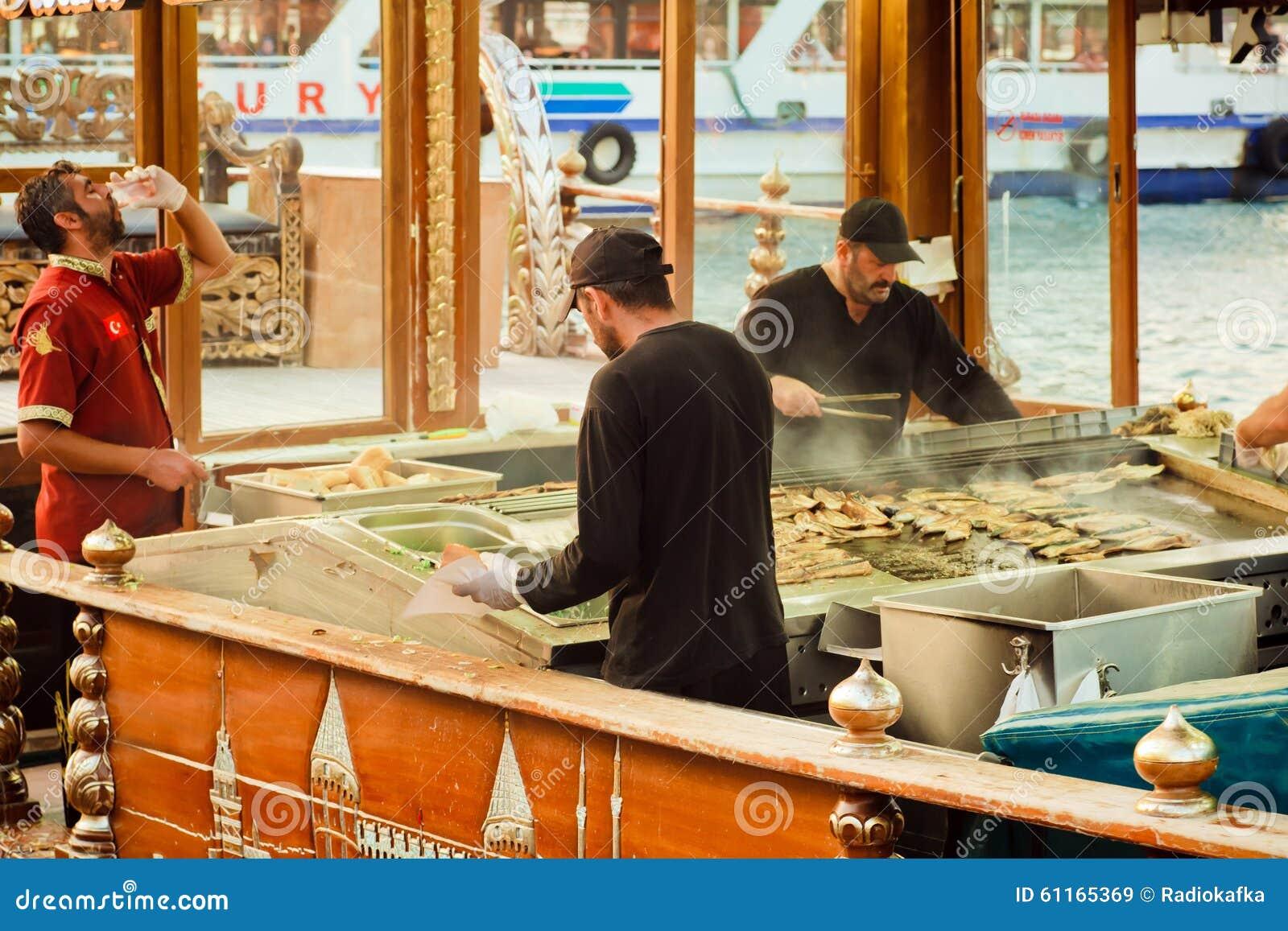 Trabajadores de la comida fría de los alimentos de preparación rápida en los barcos
