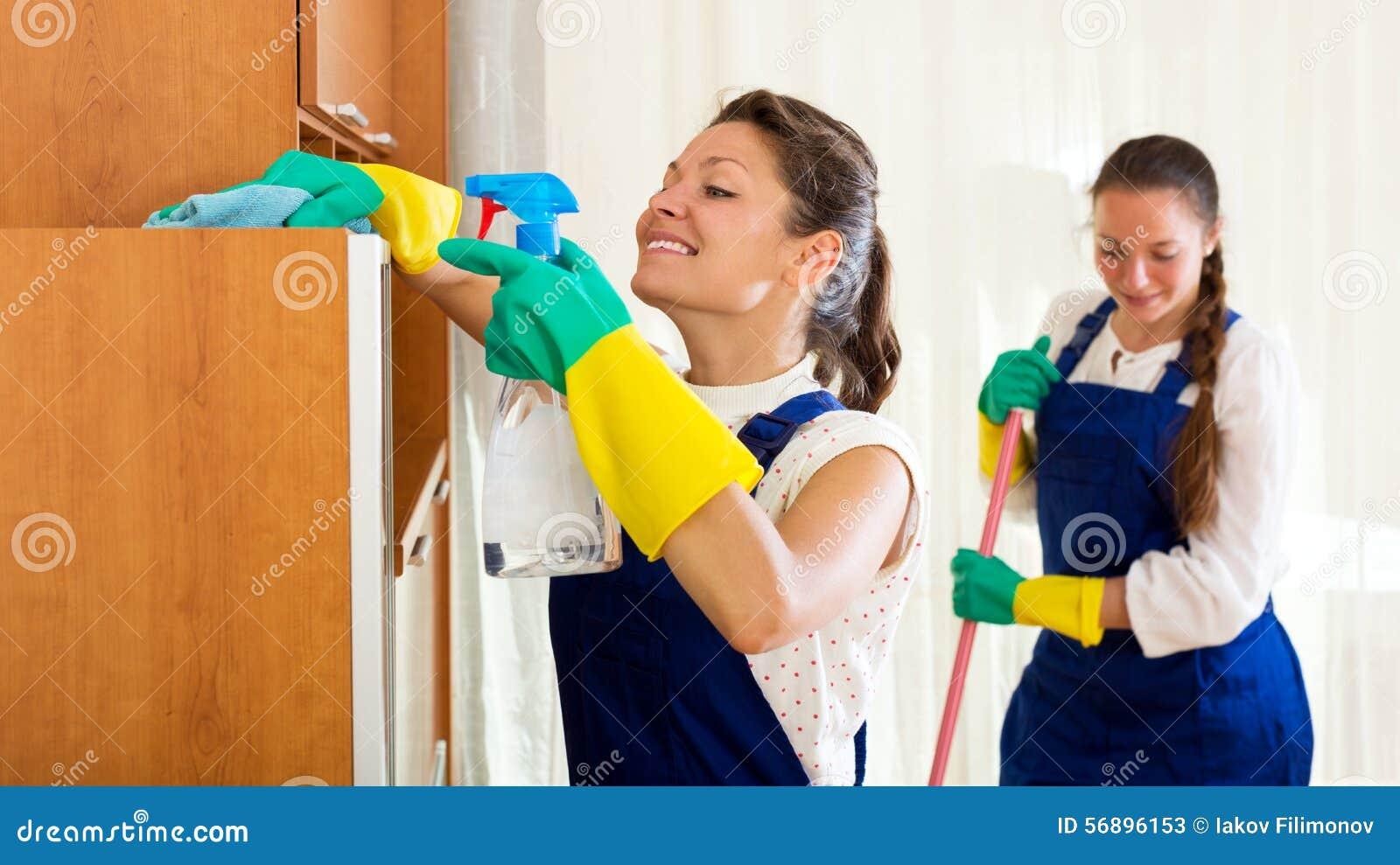Trabajadores de la compañía de la limpieza