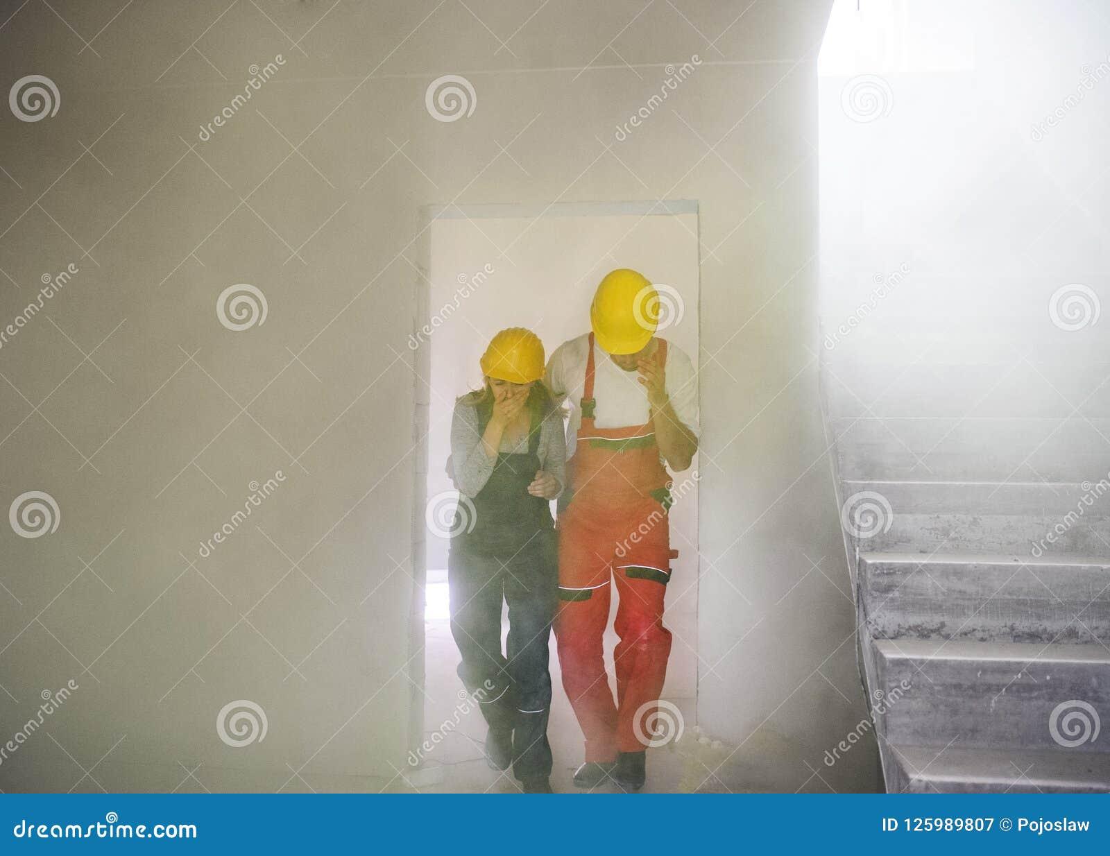 Trabajadores De La Mujer Y Del Hombre Que Sofocan En El Emplazamiento De La Obra Imagen De Archivo Imagen De Mujer Emplazamiento 125989807