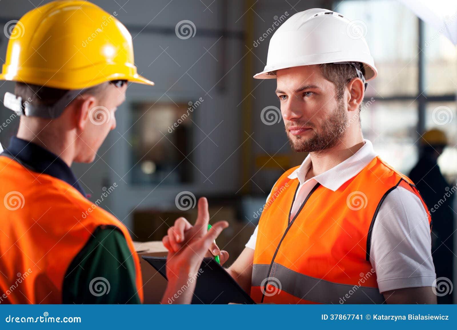 Trabajadores de Warehouse que consultan