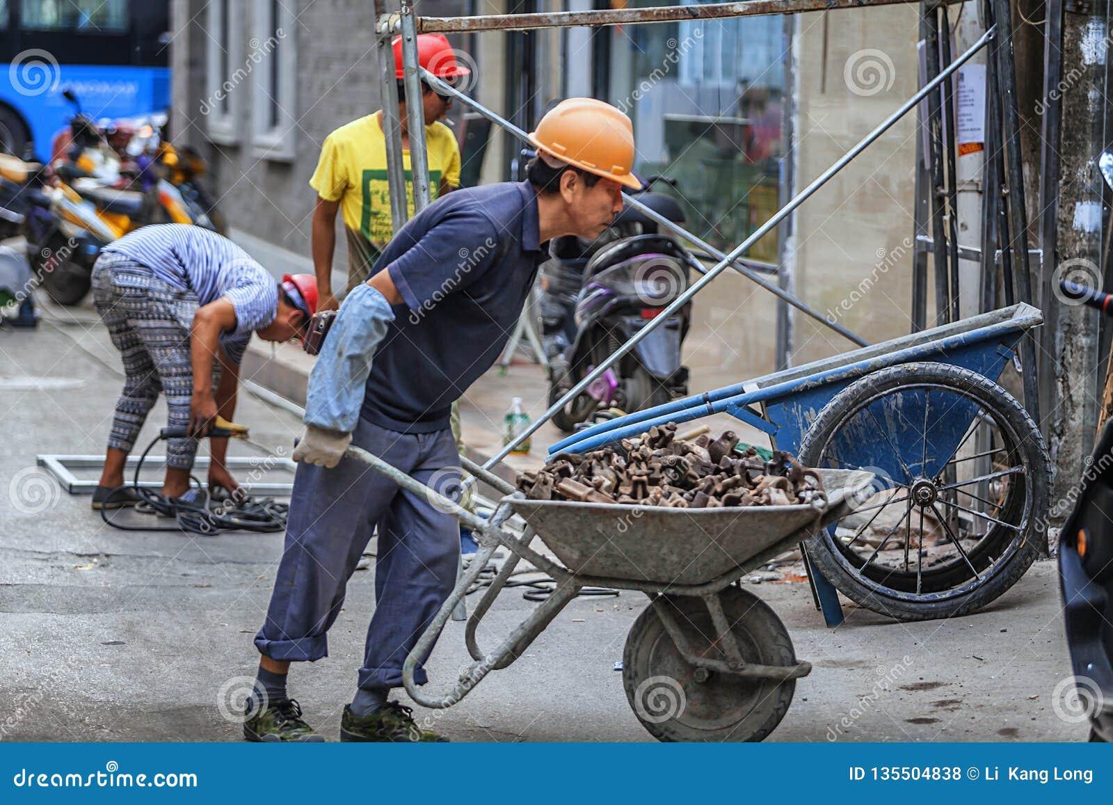 Trabajadores emigrantes que trabajan en emplazamiento de la obra