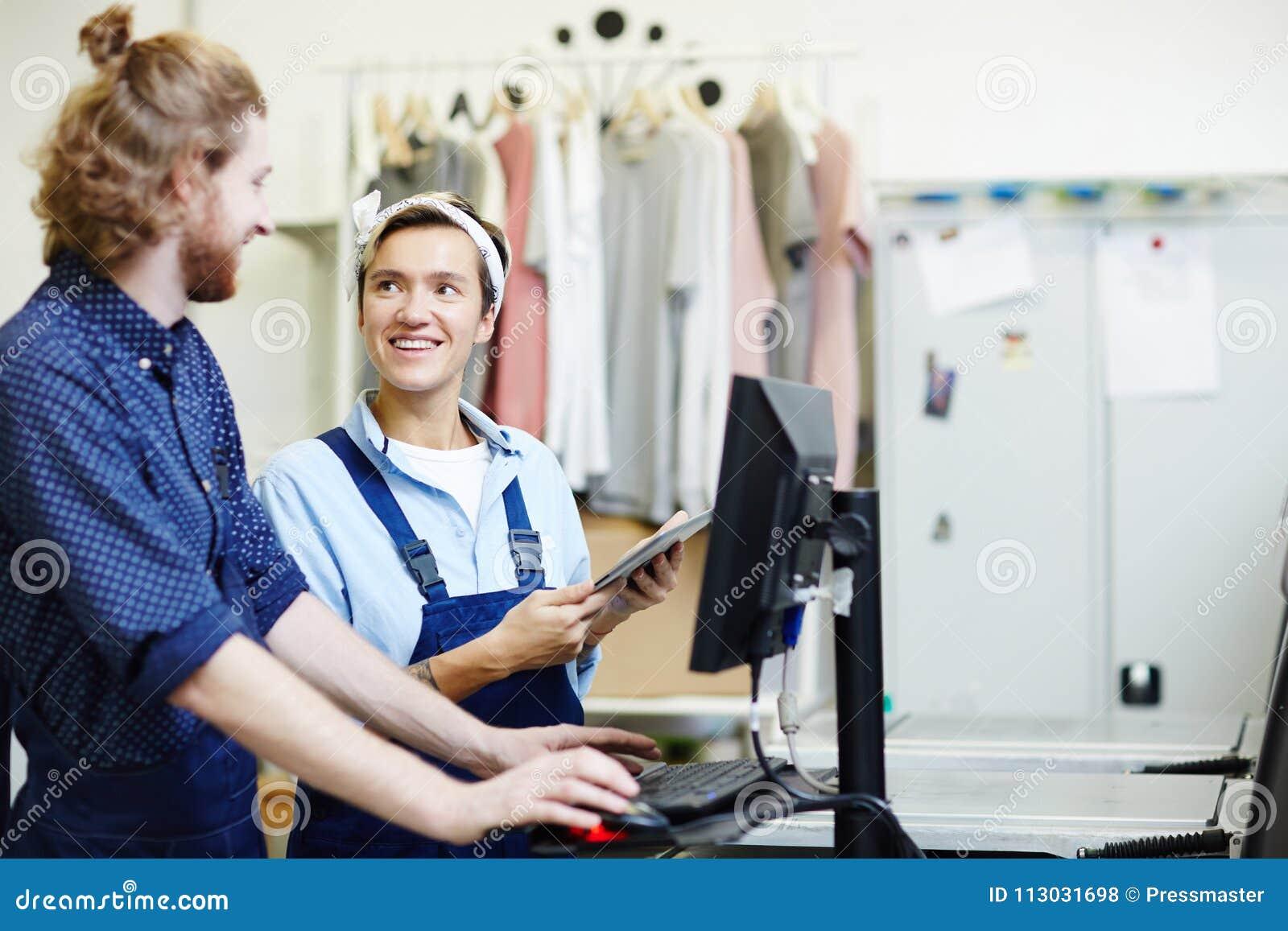 Trabajadores en casa de impresión