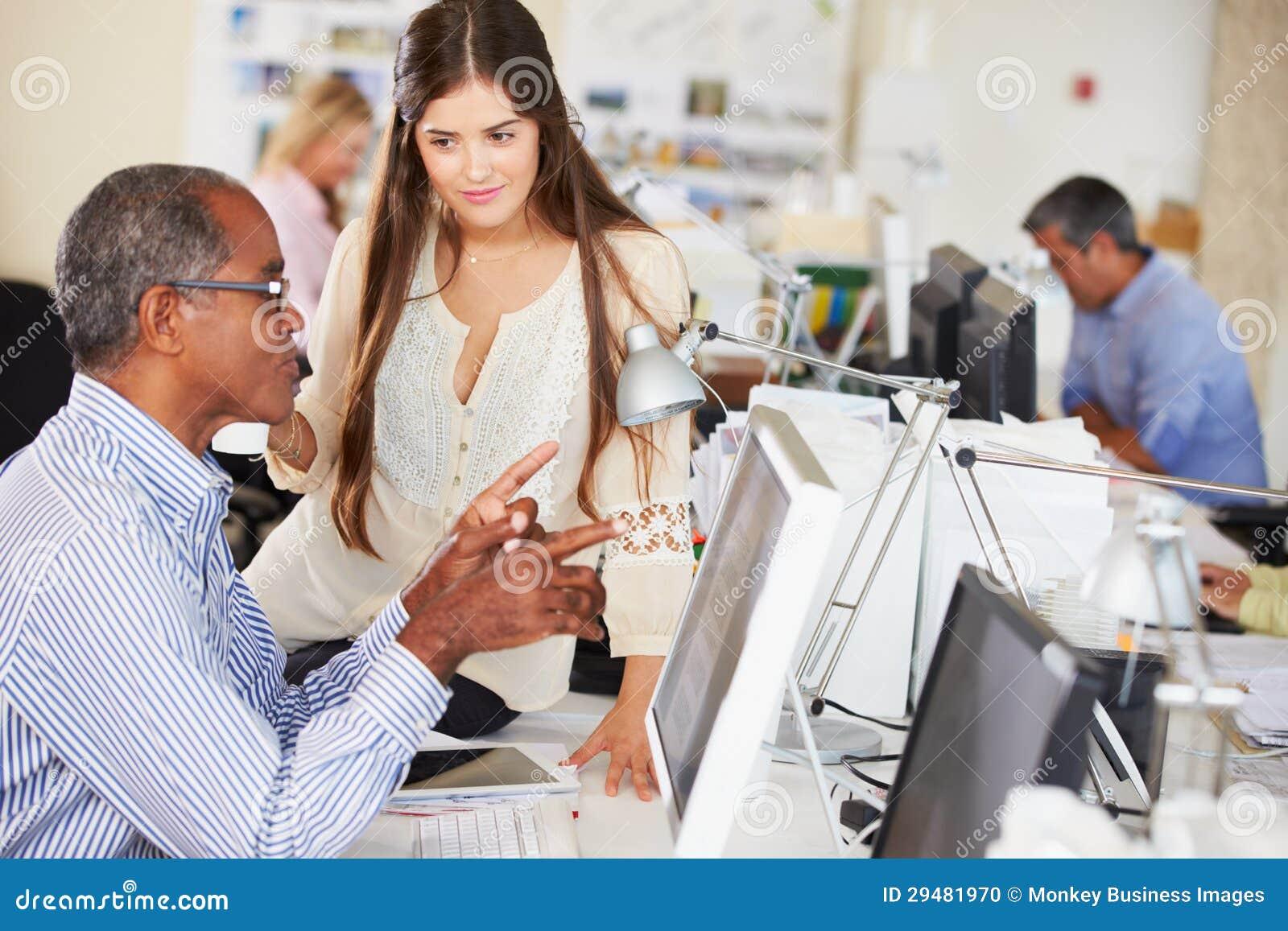 Trabajadores En Los Escritorios En Oficina Creativa