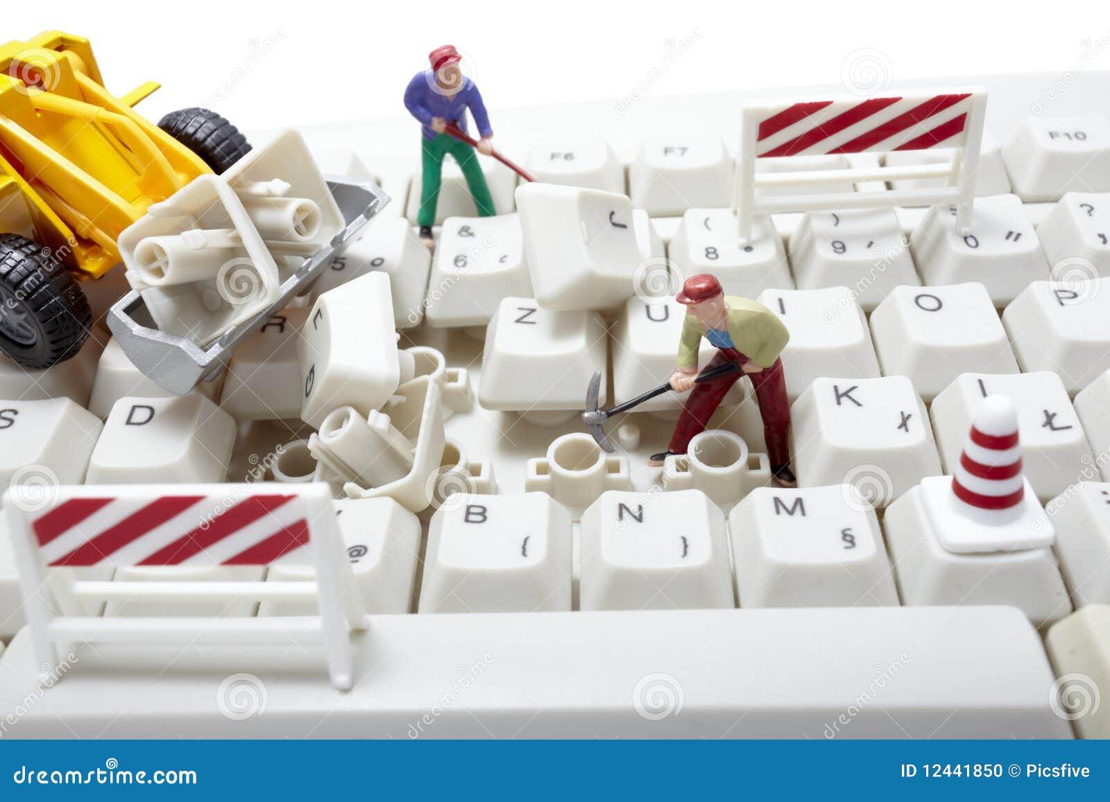 Trabajadores miniatura del juguete que reparan el teclado - Foto teclado ordenador ...