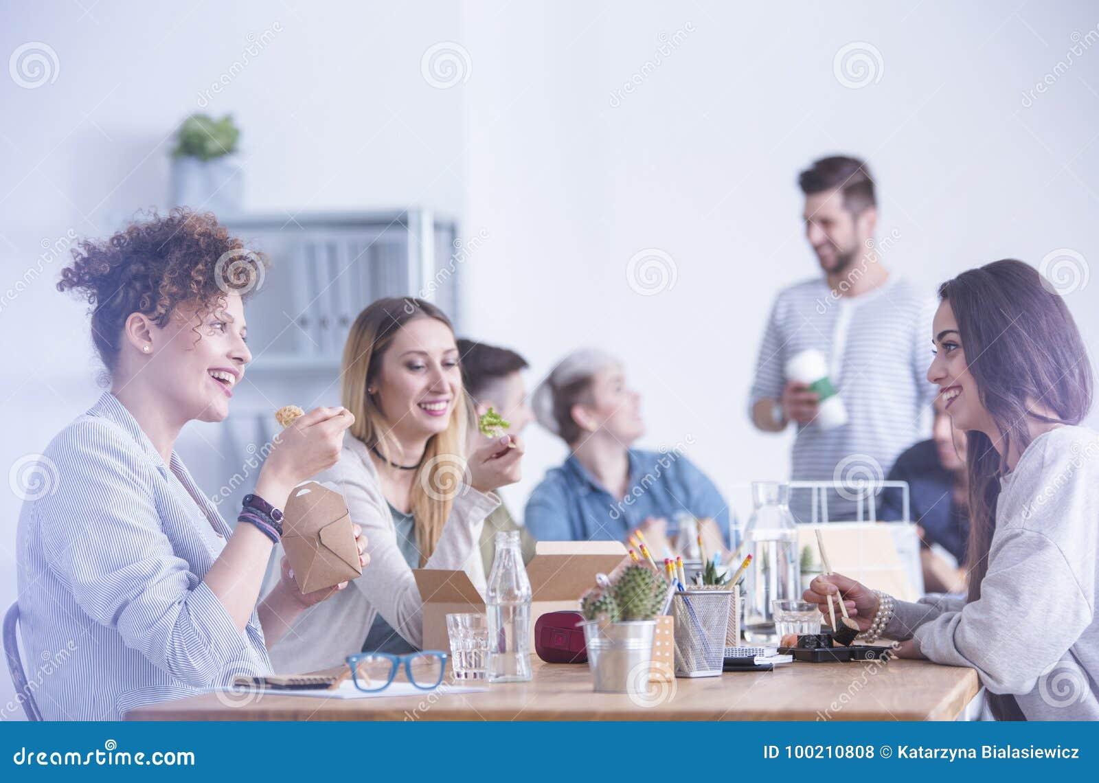 Trabajadores que comen en la oficina