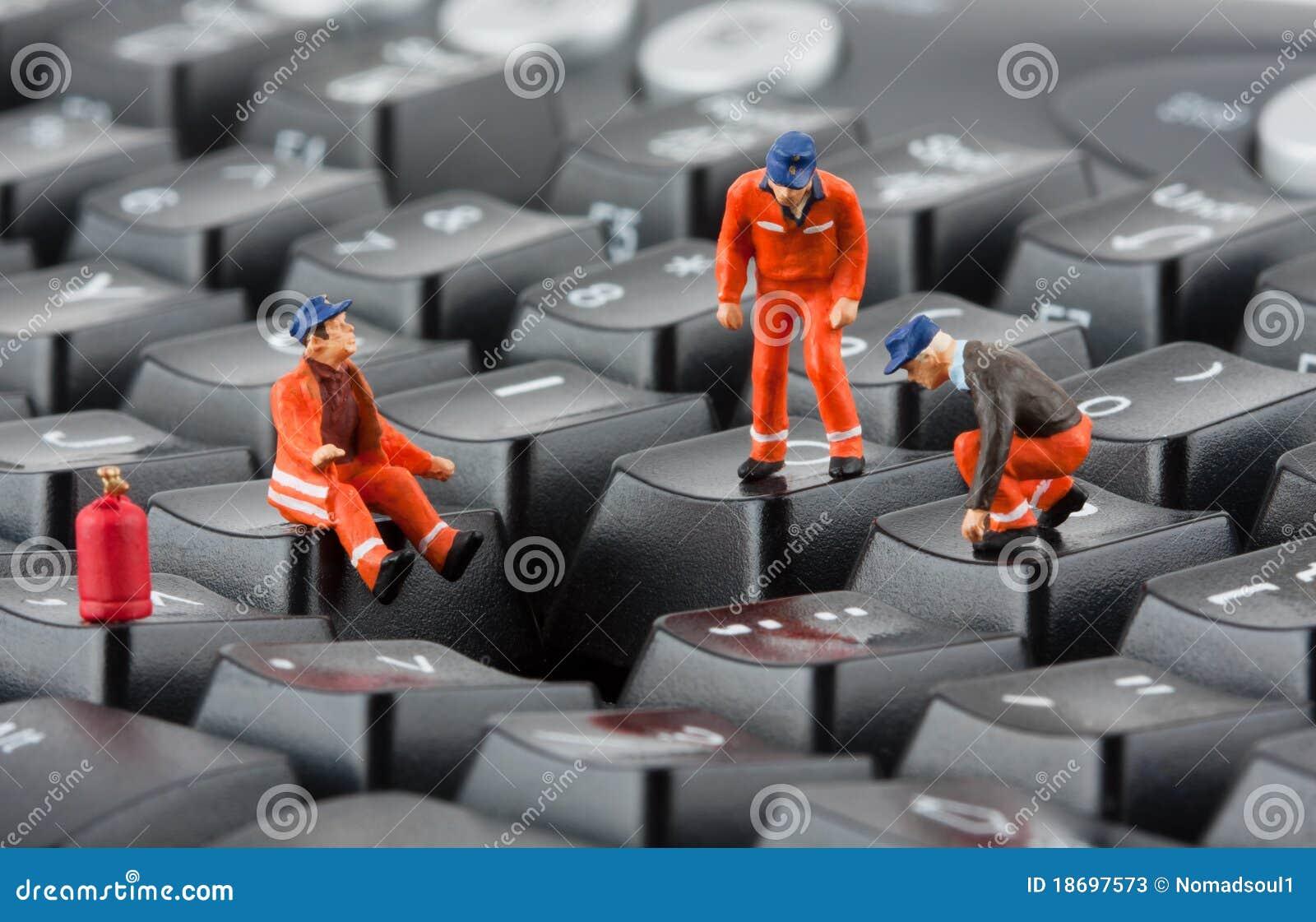 Trabajadores que reparan el teclado