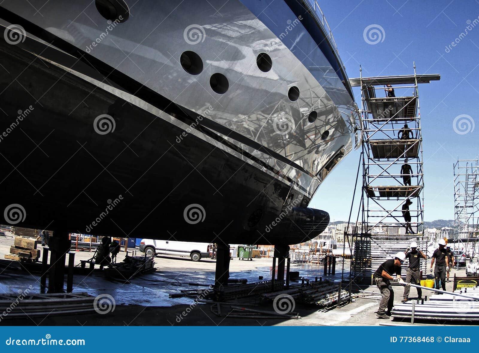 Trabajadores que restauran un barco