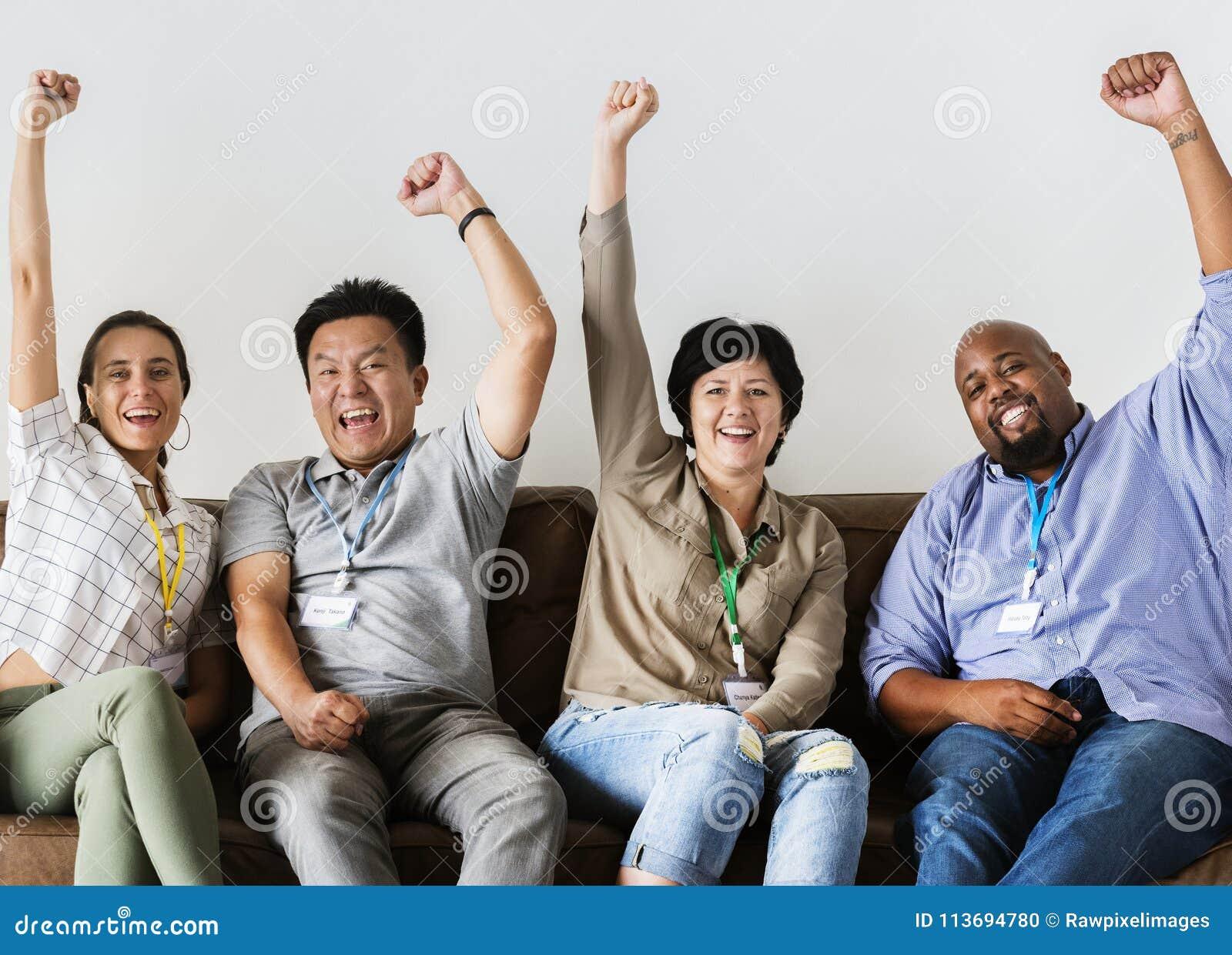 Trabajadores que se sientan y que animan junto