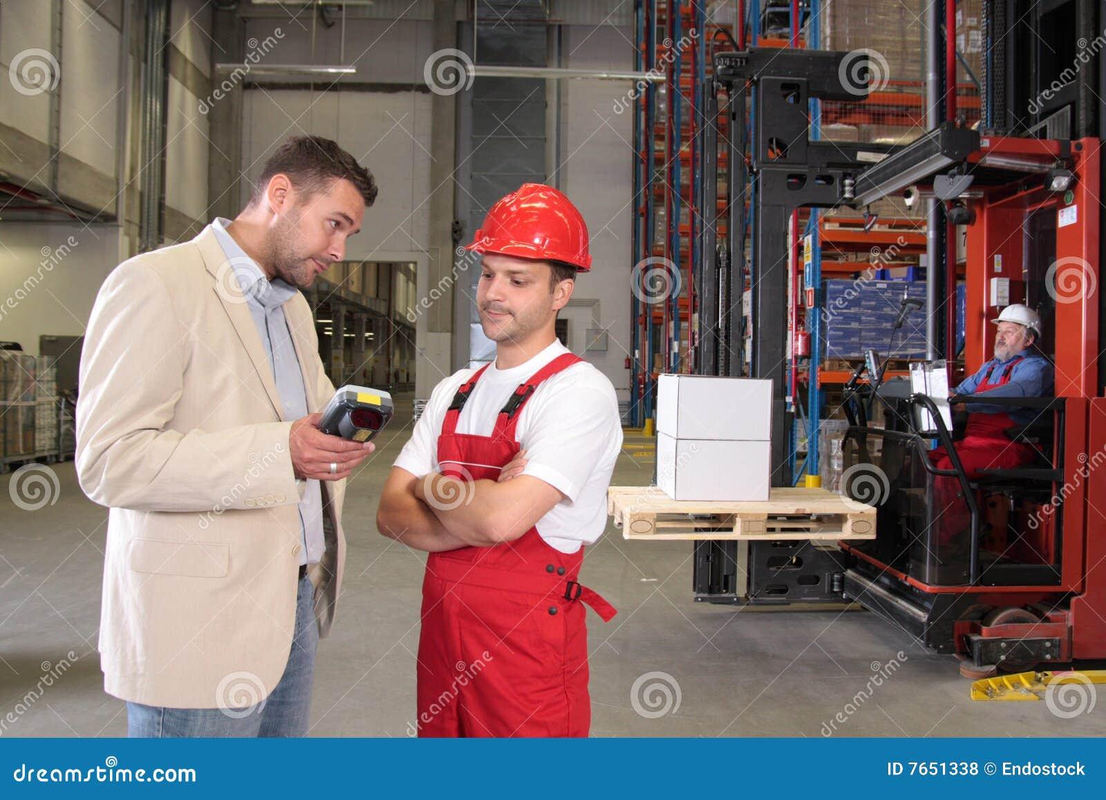 Trabajadores y protuberancia en fábrica
