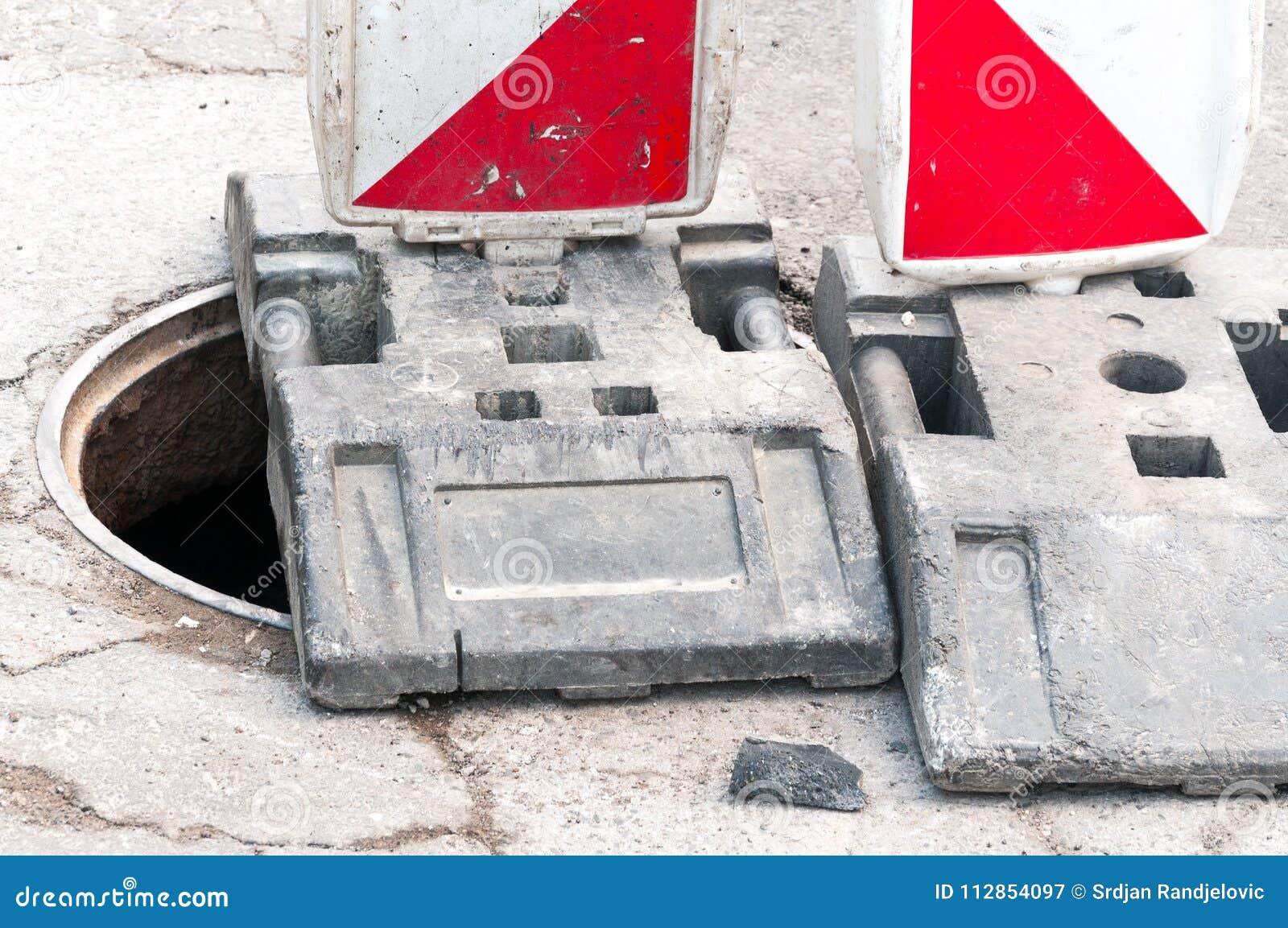 Trabaje a continuación el sitio de la reconstrucción de la calle con la muestra y cerqúelo como barricada del camino