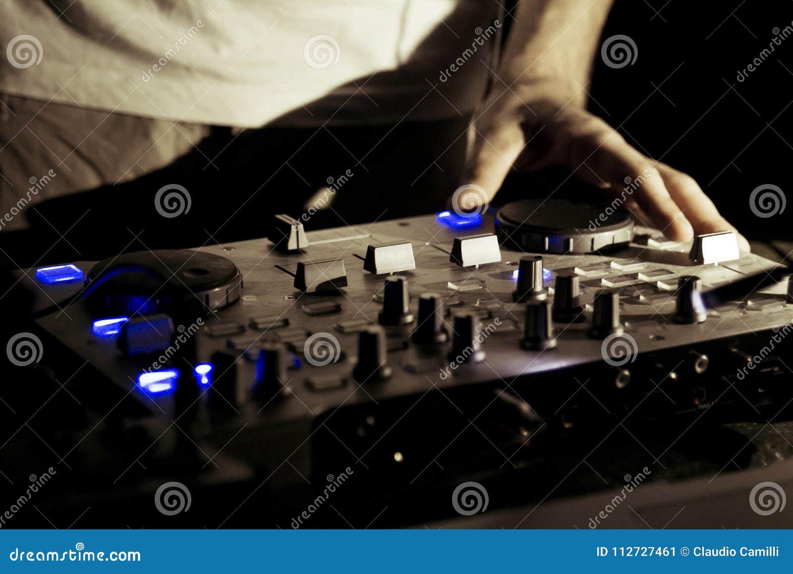Trabajo de DJ en evento vivo de la música del disco