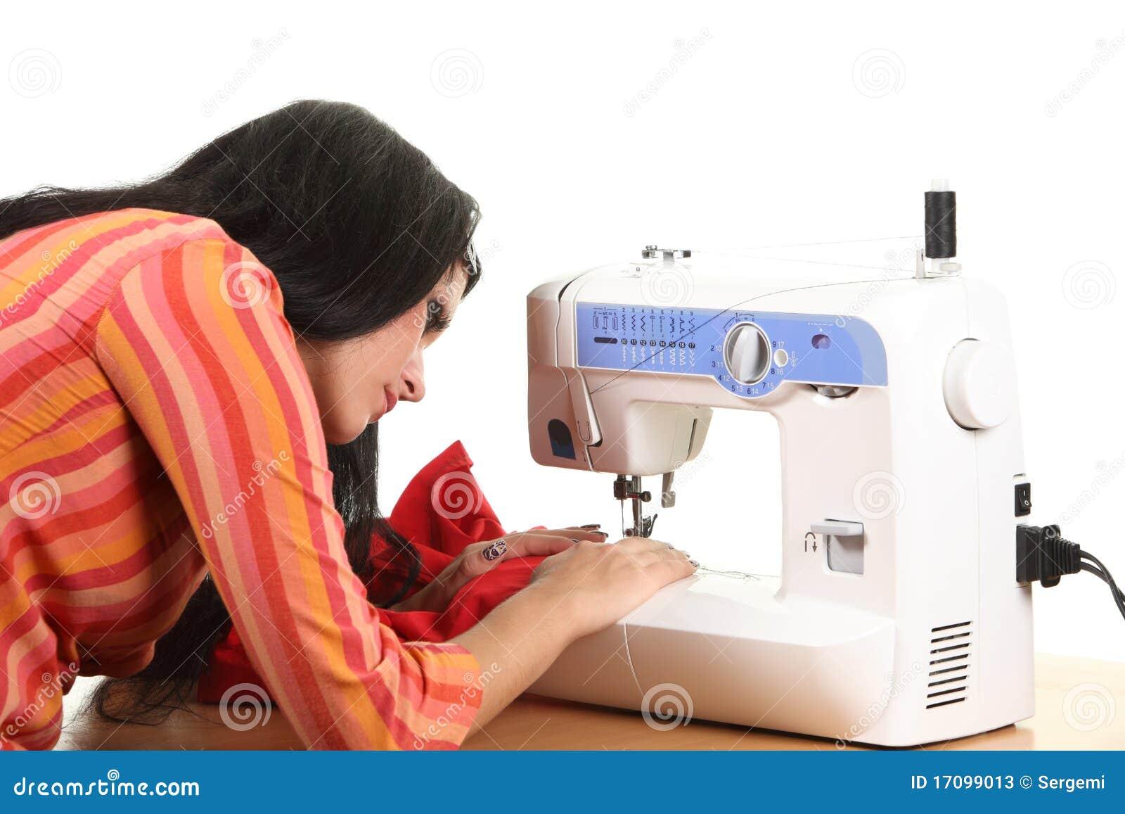 Trabajo de la costurera sobre la coser-máquina