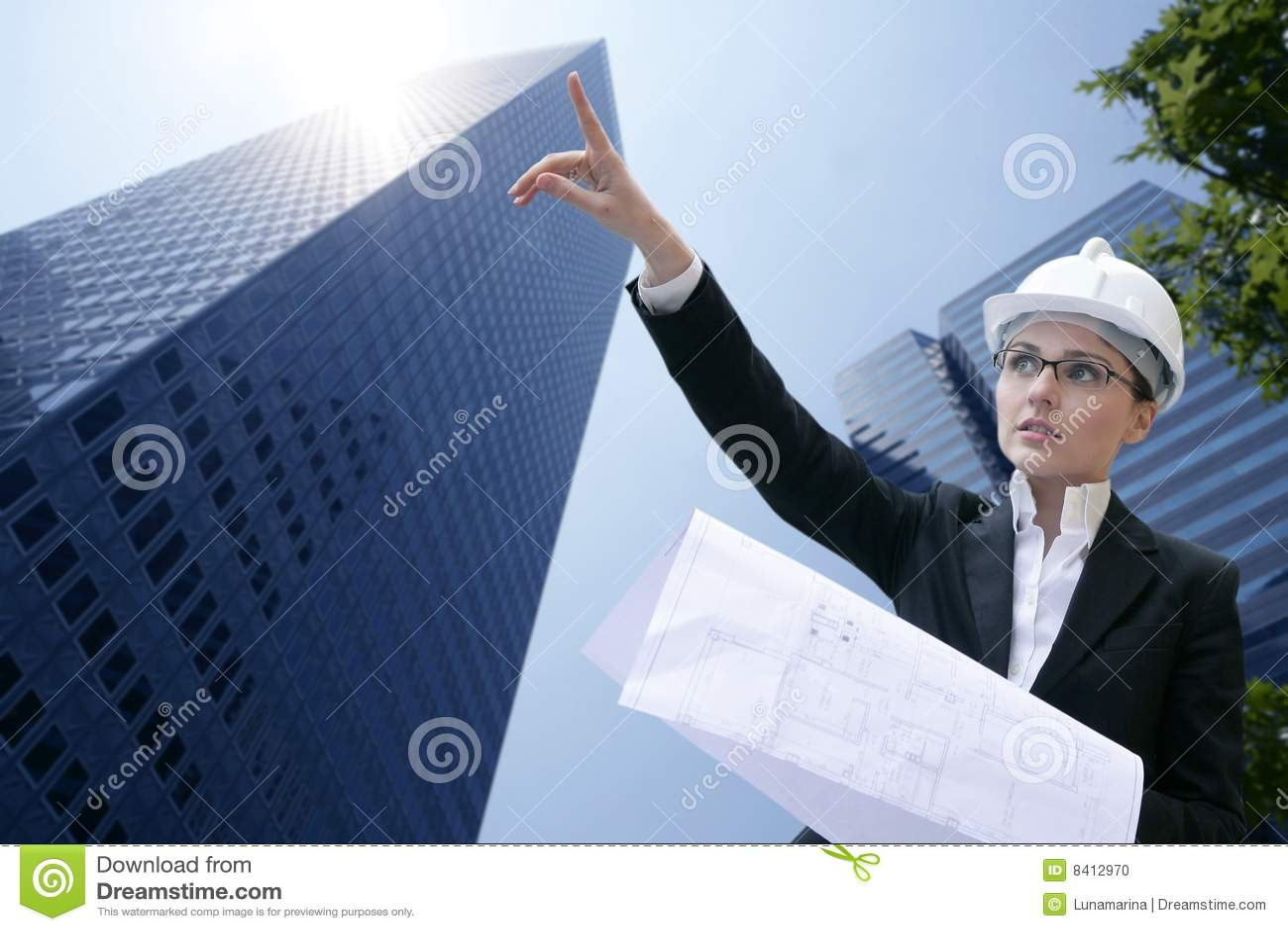 Trabajo de la mujer del arquitecto al aire libre con los for Trabajo de arquitecto